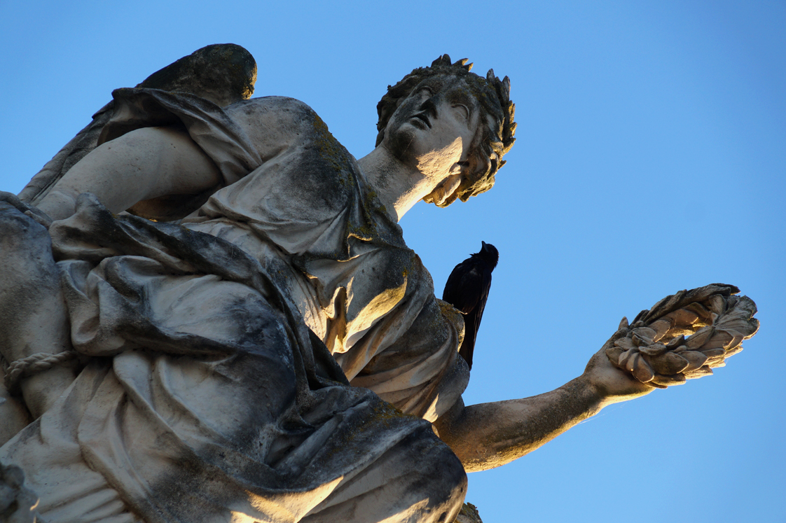 Hema_pose_ses_valises_versailles_statue_chateau_soleil