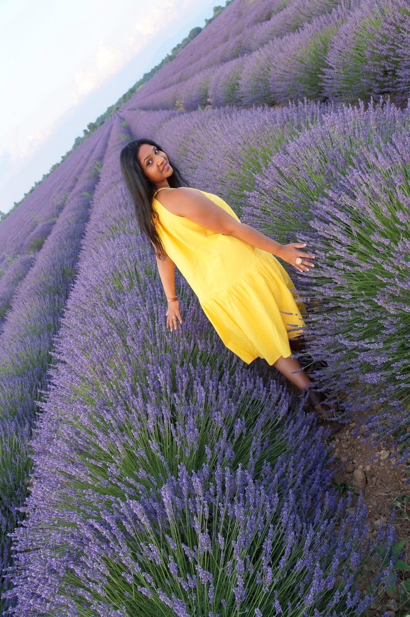 Hema_pose_ses_valises_balade_champ_lavande_valensole_or_bleu