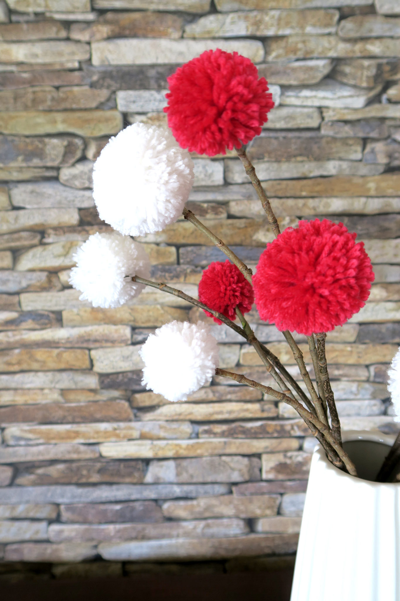 Hema_pose_ses_valises_bouquet_pompons_doityourself