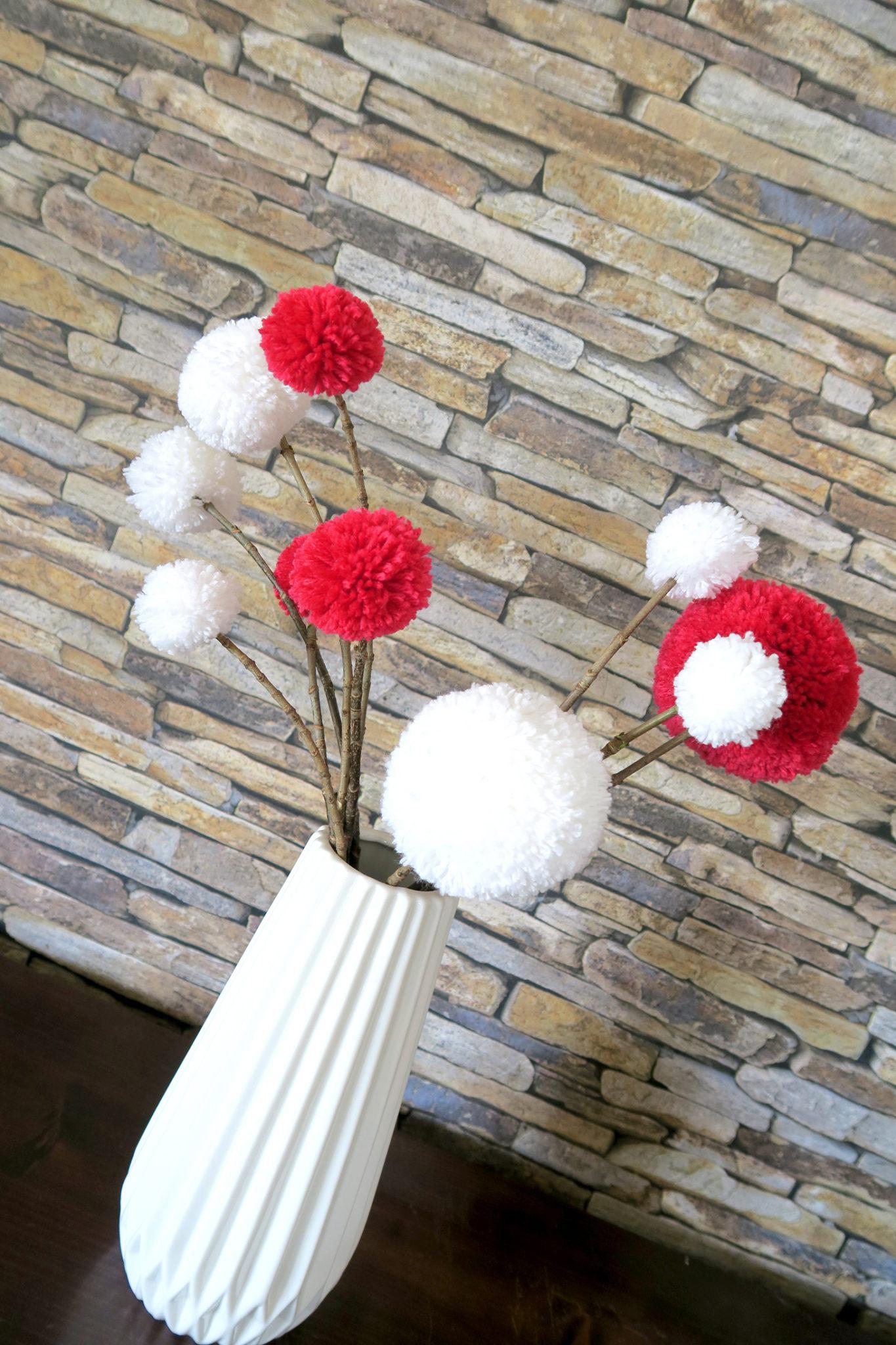 Hema_pose_ses_valises_bouquet_pompons_vase_origami
