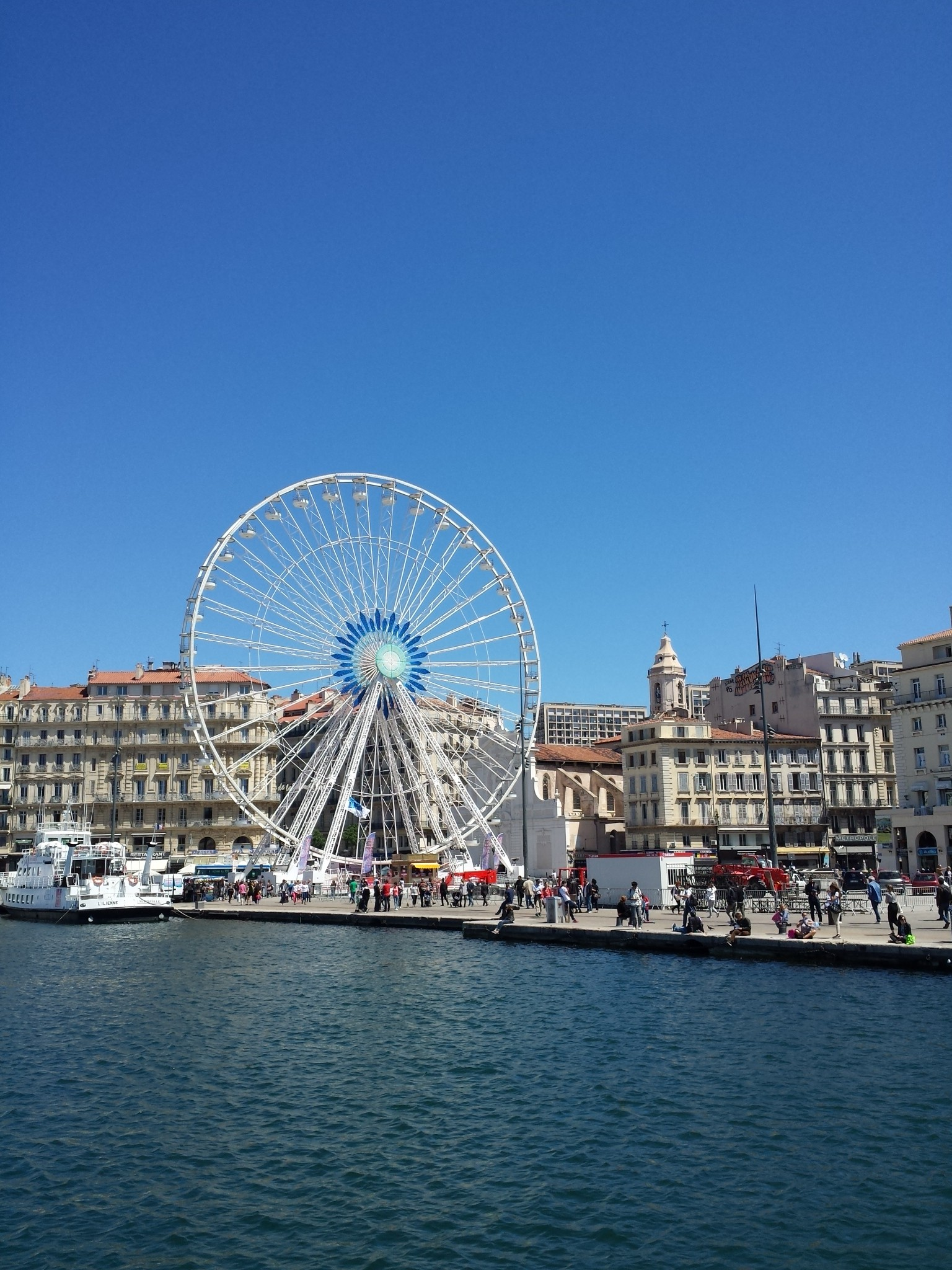 Hema_pose_ses_valises_Marseille_grande_roue_vieux_port