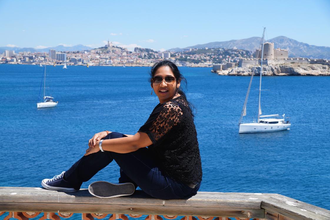 Hema_pose_ses_valises_Marseille_Iles_Frioul_blog