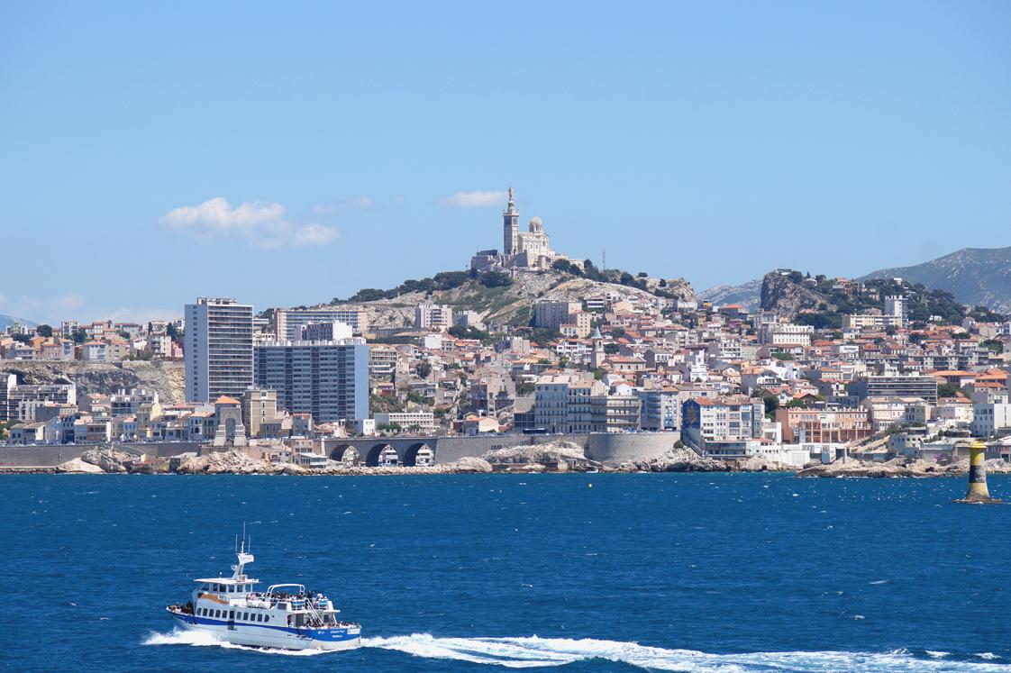 Hema_pose_ses_valises_Marseille_Iles_Frioul_Navettes_Maritimes
