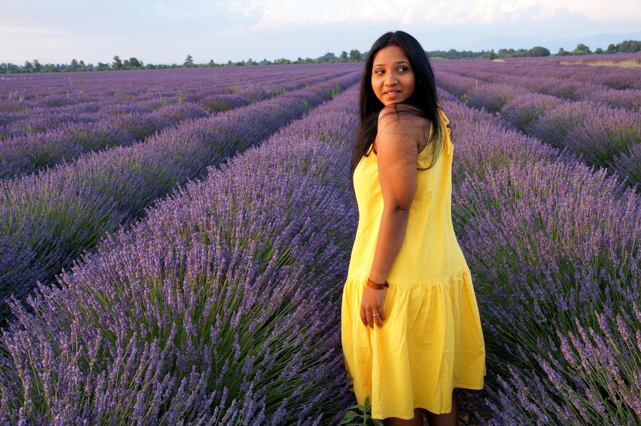 Hema_pose_ses_valises_robe_jaune_asos_champ_lavande