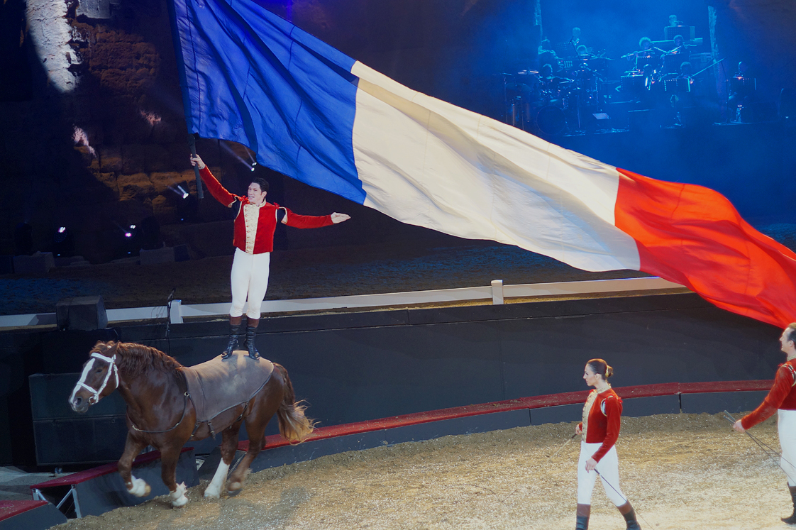 Theatre_antique_orange_drapeau_france_debout_cheval_alexis_gruss_2016