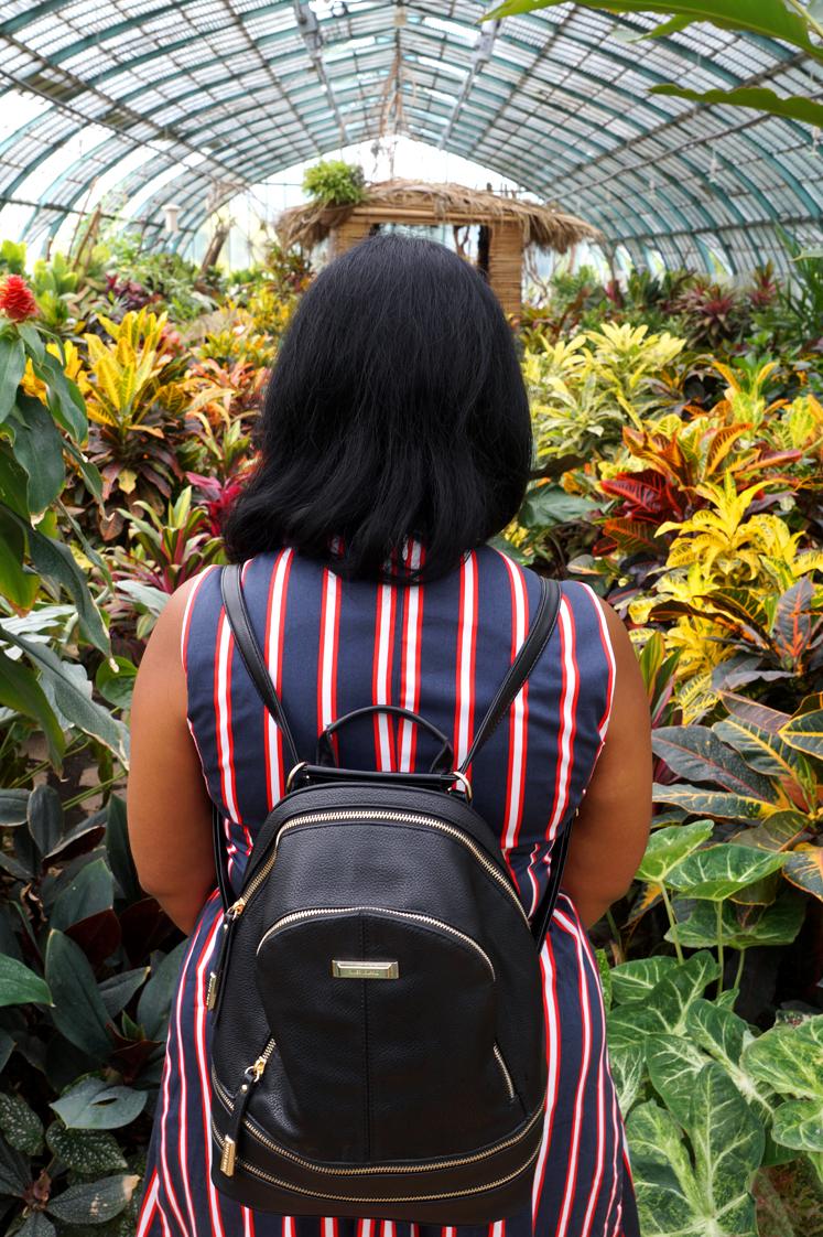 Hema_pose_ses_valises_serre_dauteuil_sac_a_dos_river_island_plantes