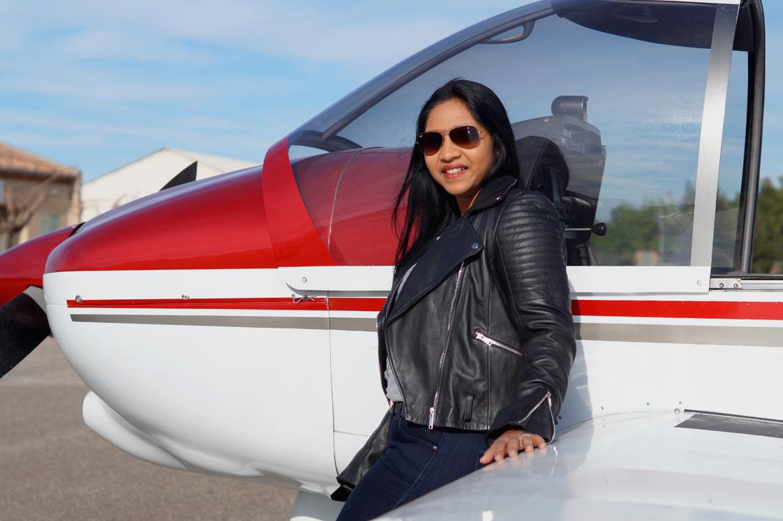 Hema_pose_ses_valises_fly_away_look_perfecto_rayban_aviateur