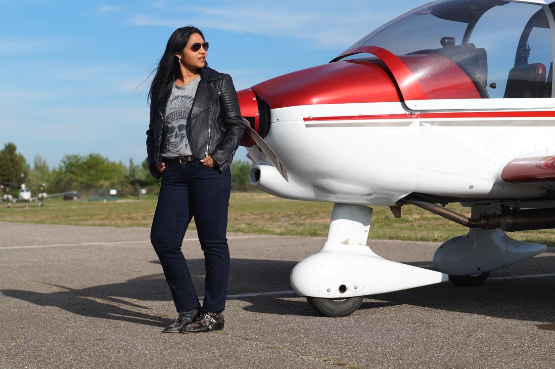 Hema_pose_ses_valises_fly_away_look_perfecto_rayban_avion