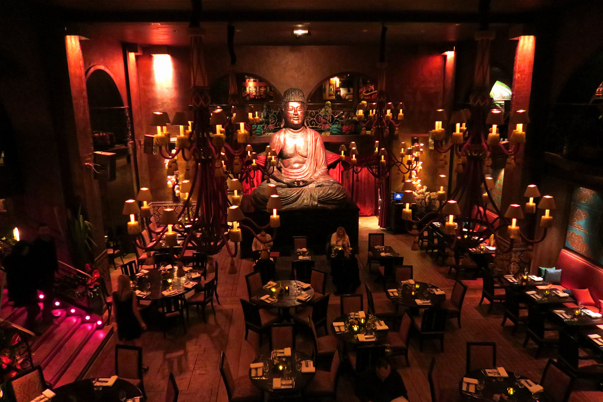 Hemaposesesvalises_buddha_bar_paris_interieur