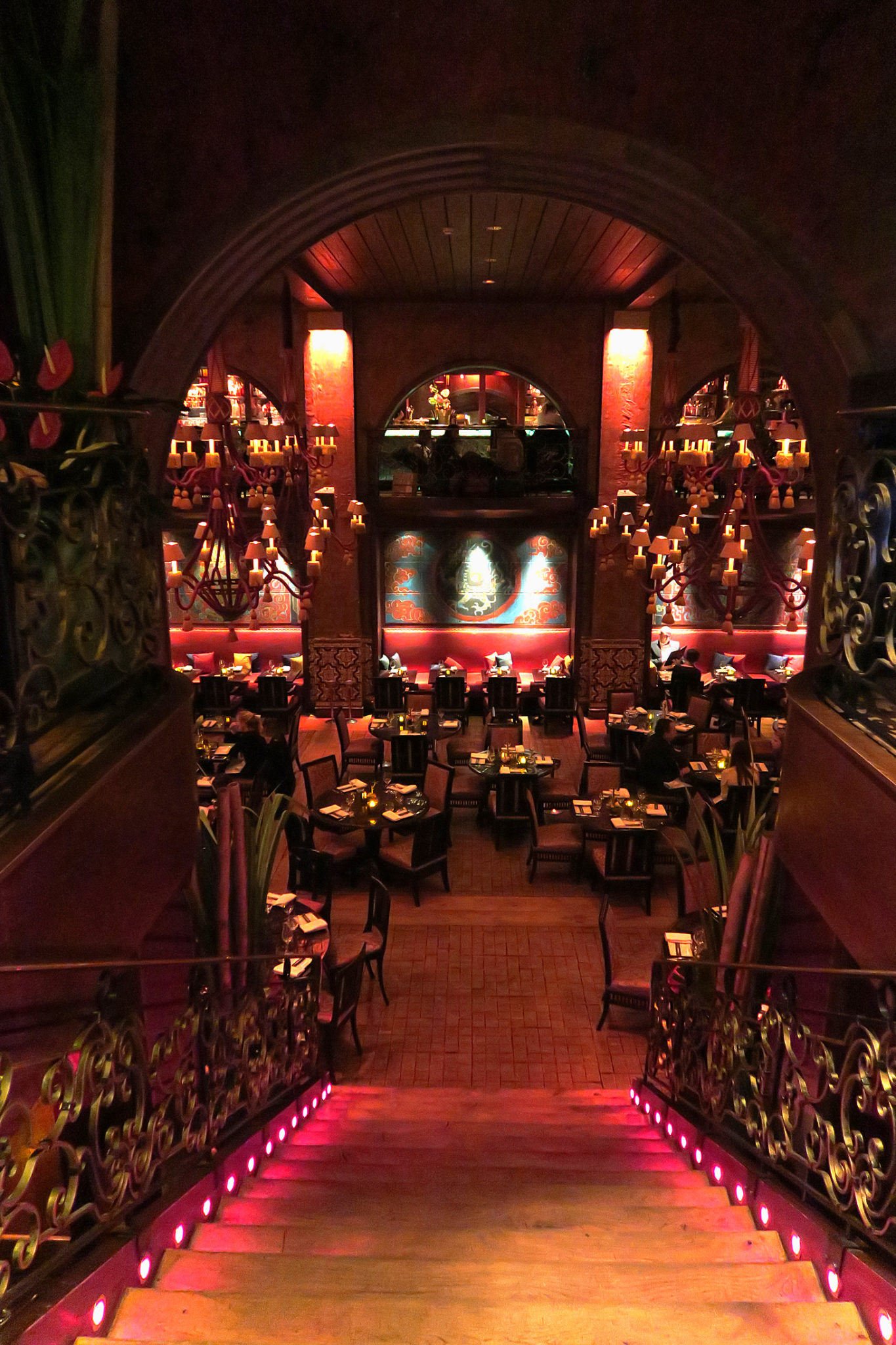 Hemaposesesvalises_buddha_bar_paris_stairs_restaurant