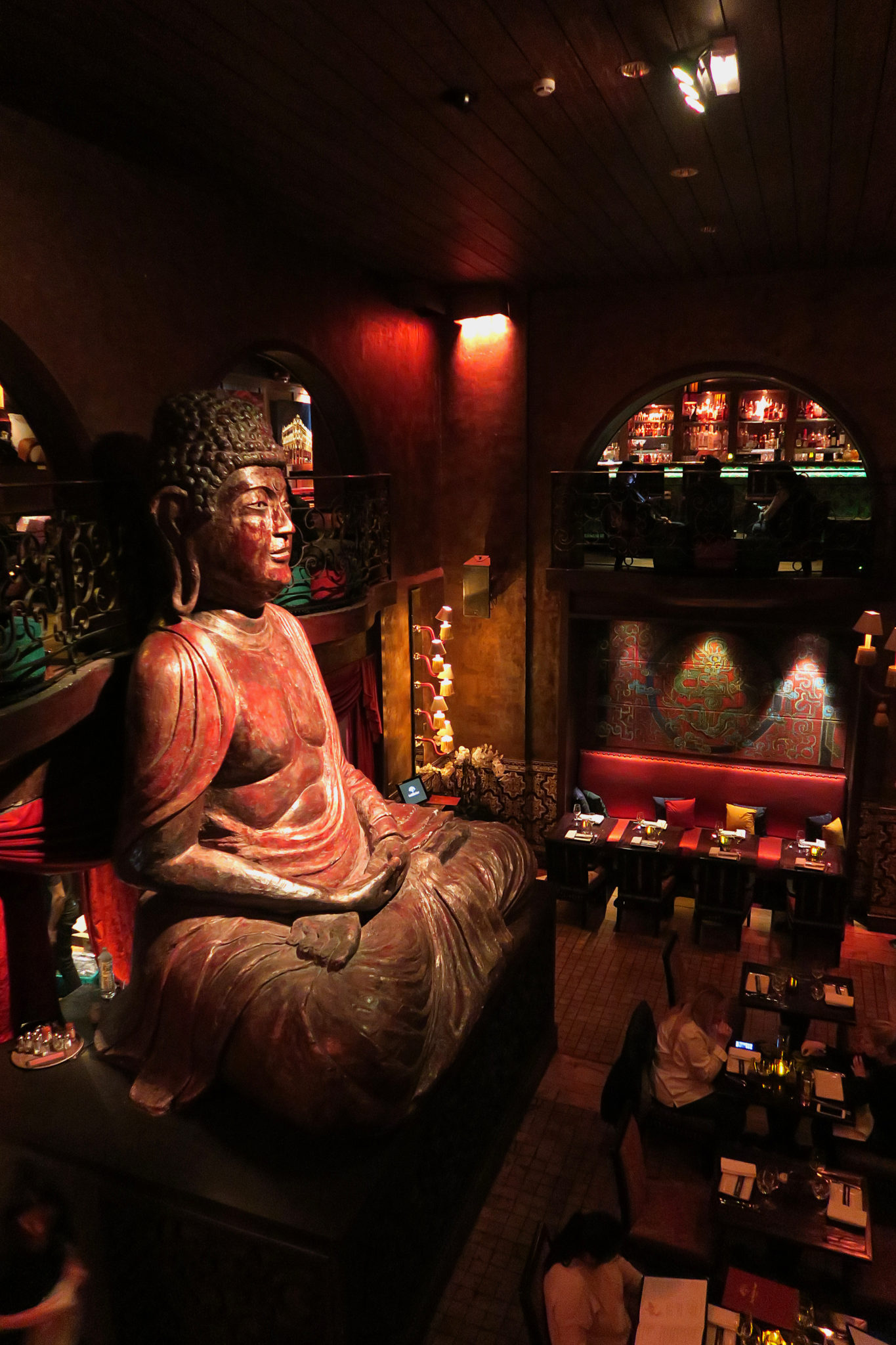 Hemaposesesvalises_buddha_bar_paris_statue