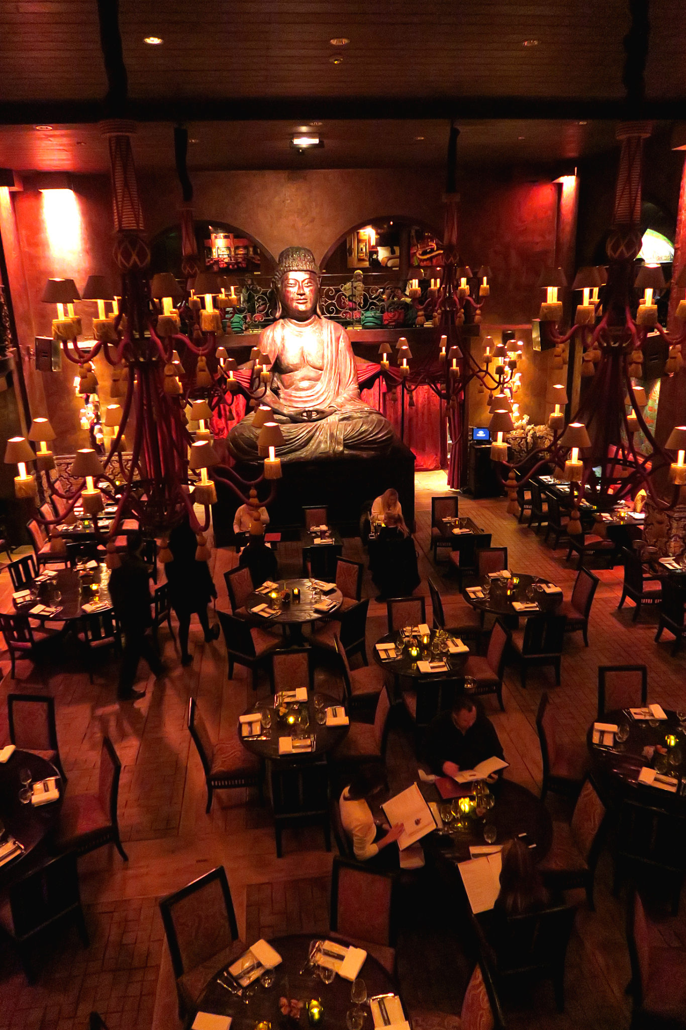 Hemaposesesvalises_buddha_bar_paris_vue_interieure
