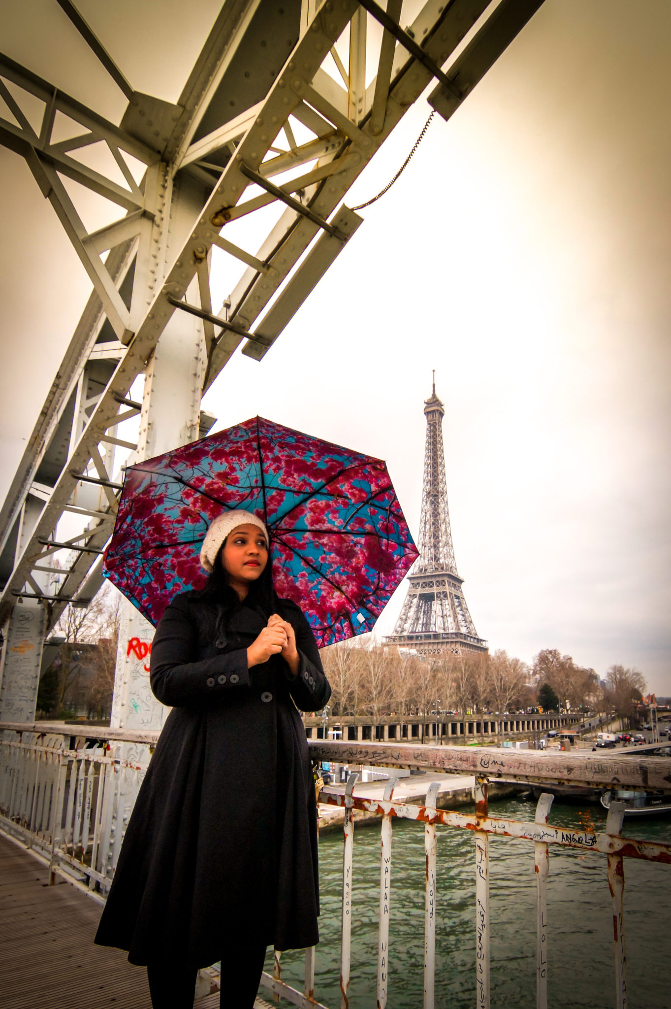 Hemaposesesvalises_Happysweeds_Cherry_Umbrella_Eiffel_tower