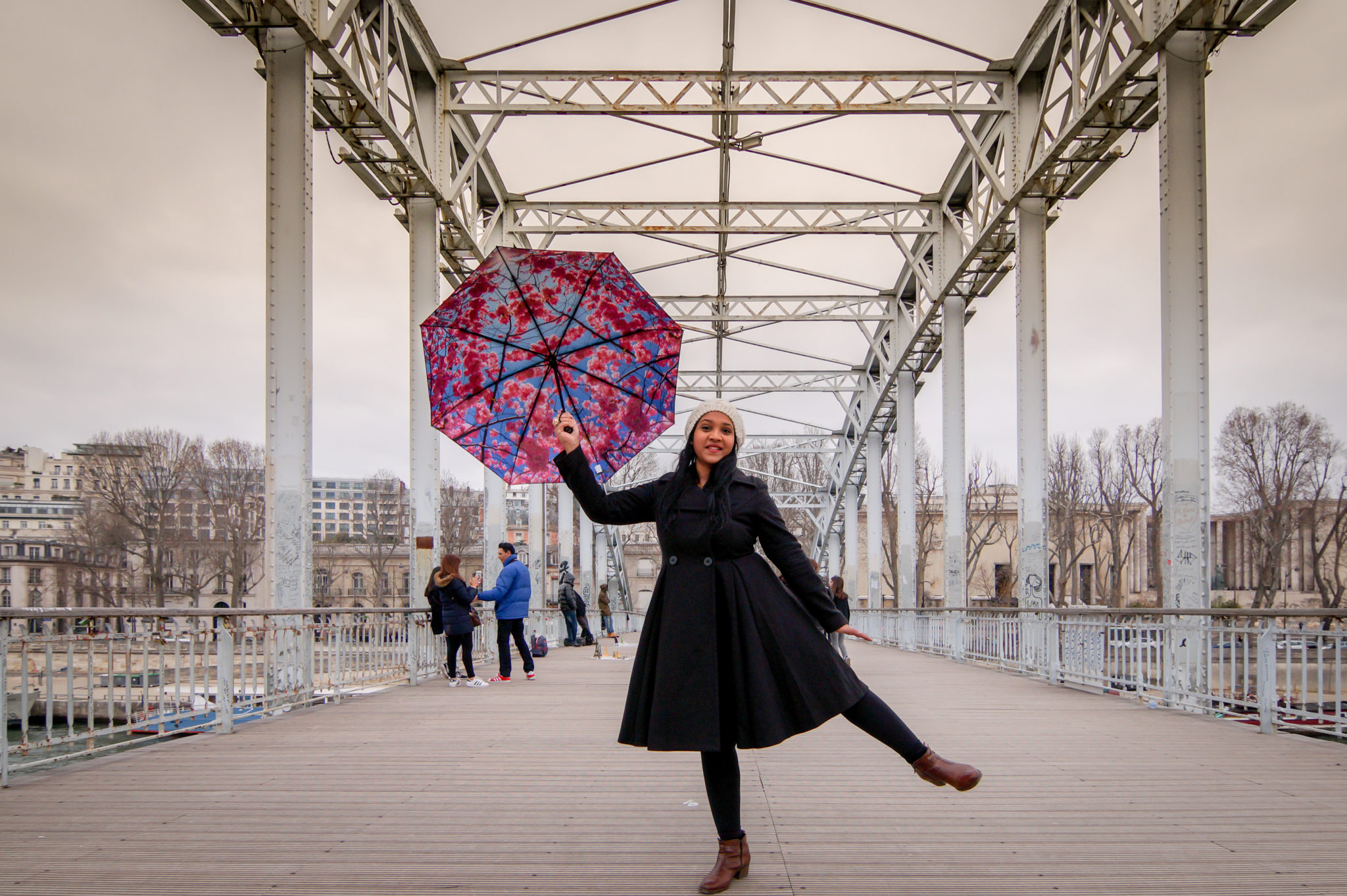 Hemaposesesvalises_Happysweeds_Cherry_Umbrella_manteau_max&co_winter_paris_blog_mode_singing_inthe_rain