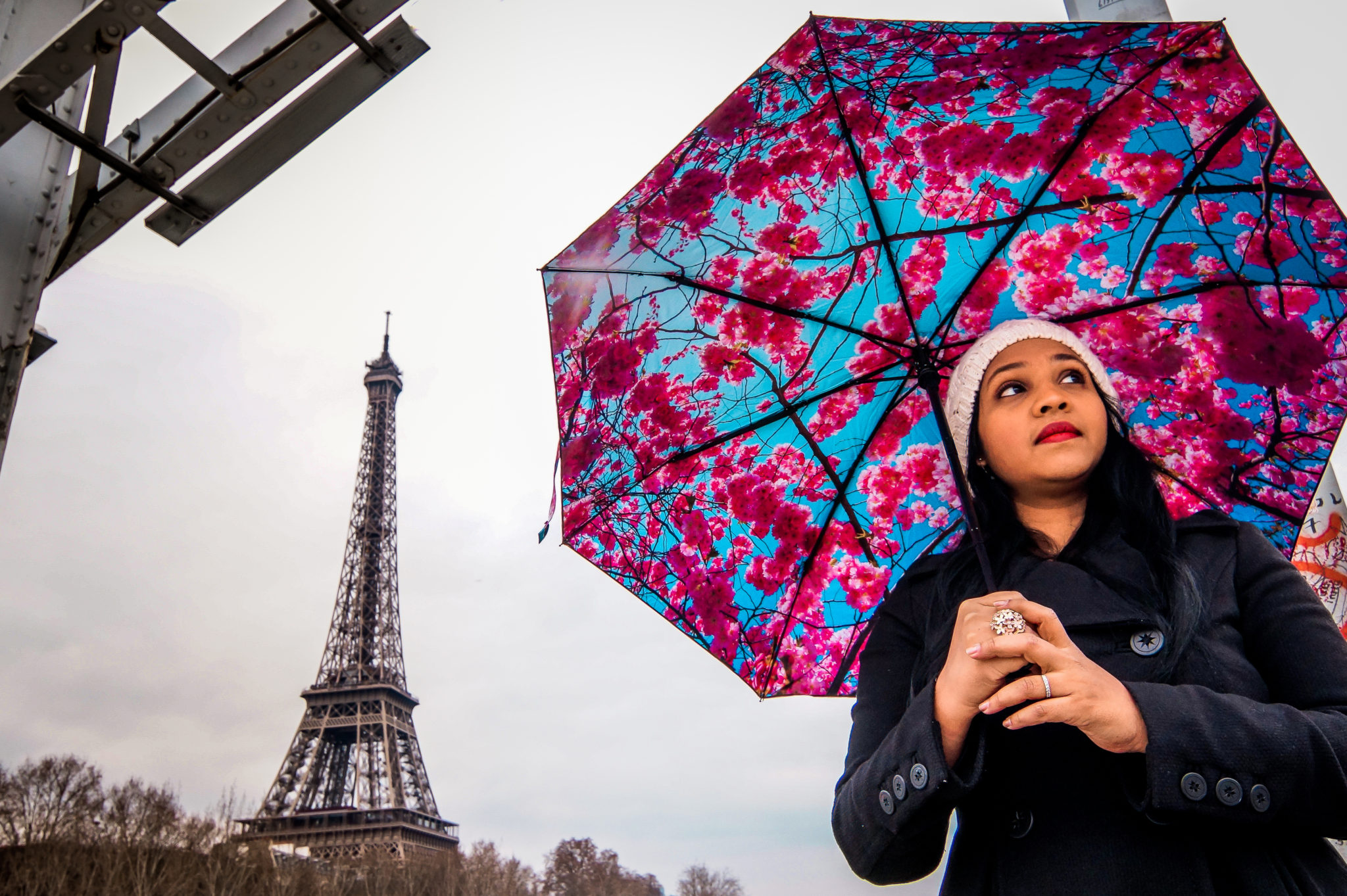 Hemaposesesvalises_Happysweeds_Cherry_Umbrella_Tour_Eiffel_winter_paris_blog_mode