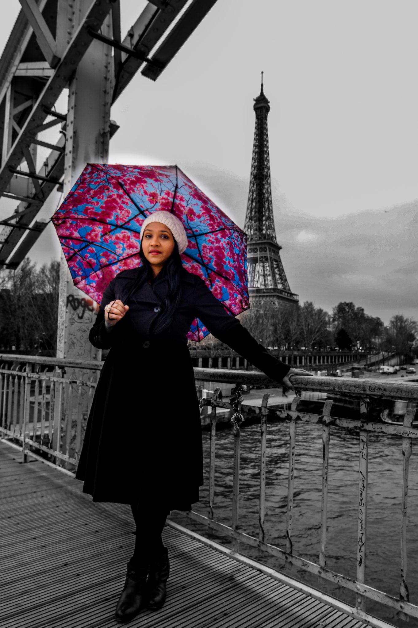 Hemaposesesvalises_Happysweeds_Cherry_Umbrella_Tour_Eiffel_winter_paris_blog_mode_blanckwhite