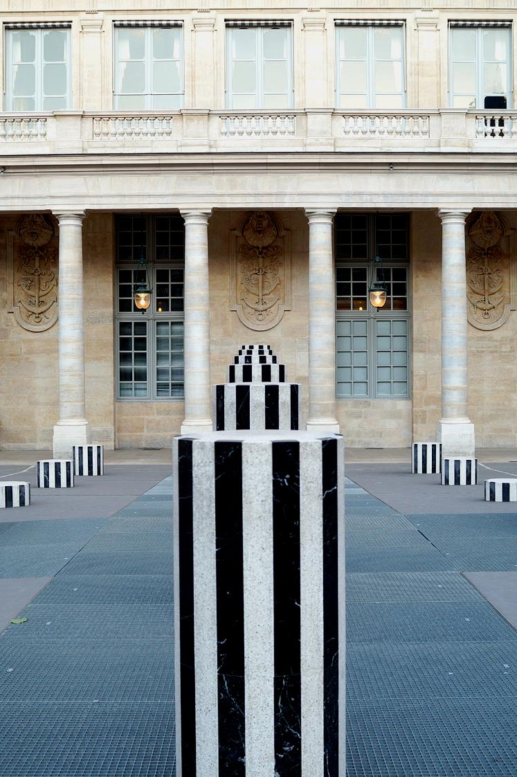 Hema_pose_ses_valises_les_colonnes_de_buren_paris