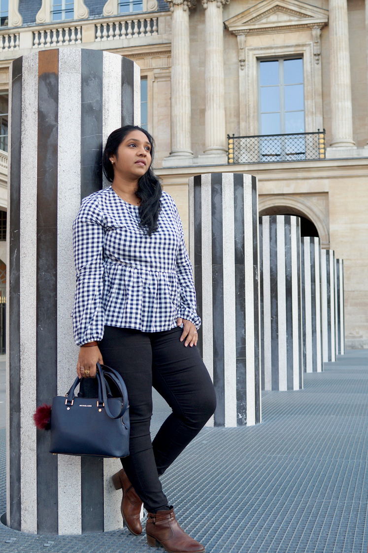 Hema_pose_ses_valises_look_mode_top_vichy_colonnes_buren_paris