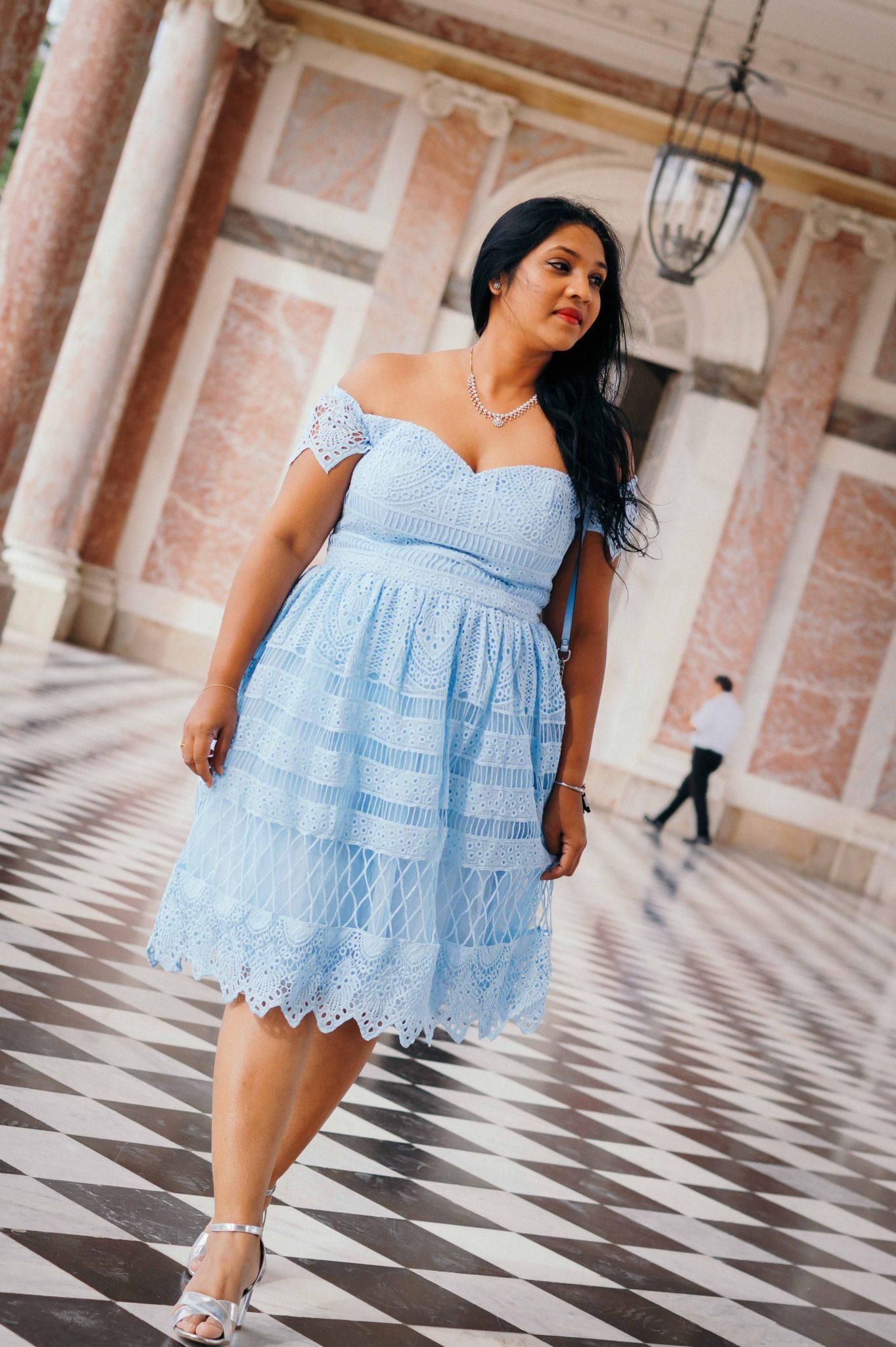 Une tenue de mariage avec une robe à dentelle au Trianon de Versailles