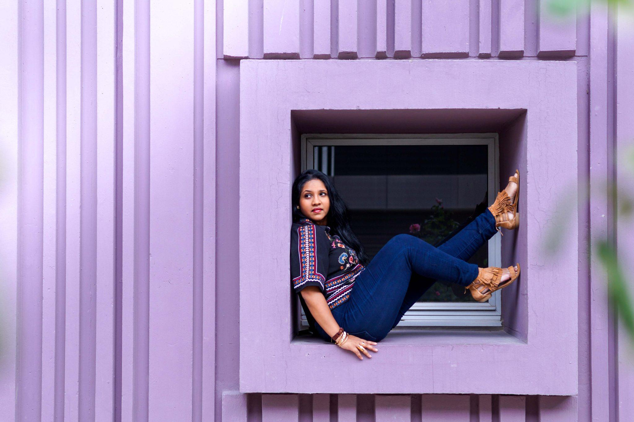 Sur la fenetre du mur violet de Beaugrenelle, un look mode