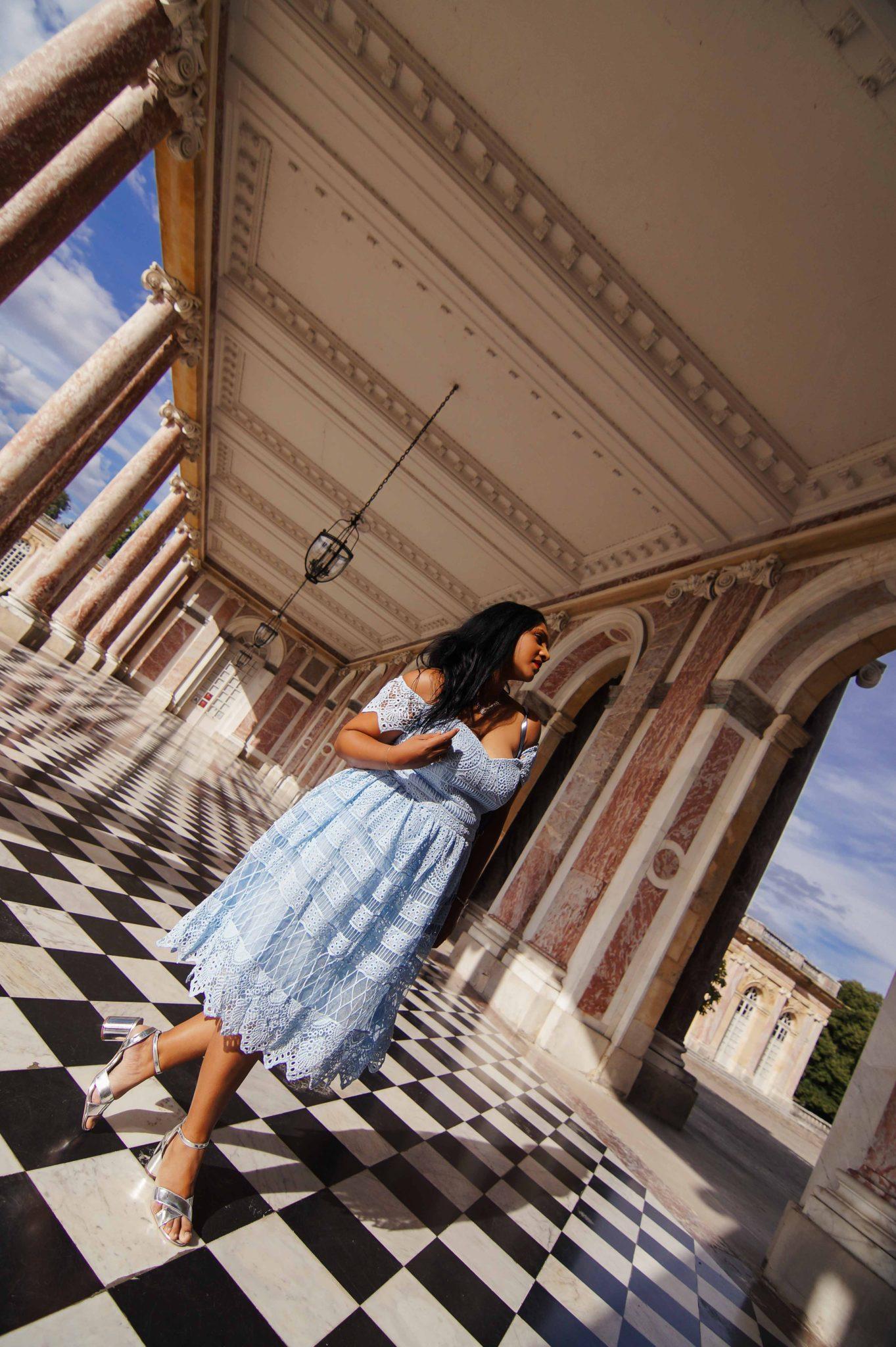 Robe couleur bleue layette et dentelles au Trianon de Versailles