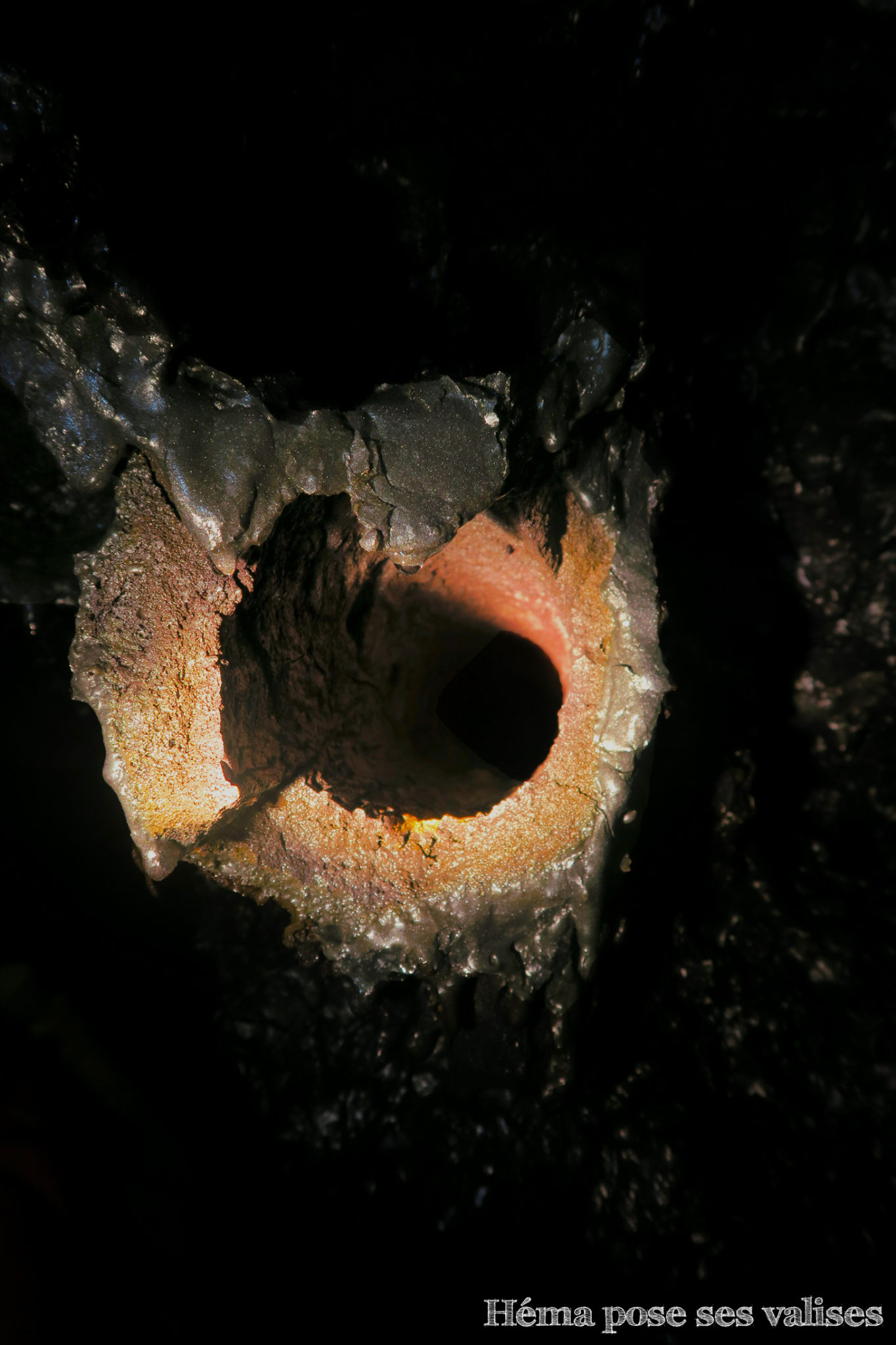 Mini tunnel de lave formée autour d'un tronc d'arbre qui a brûlé