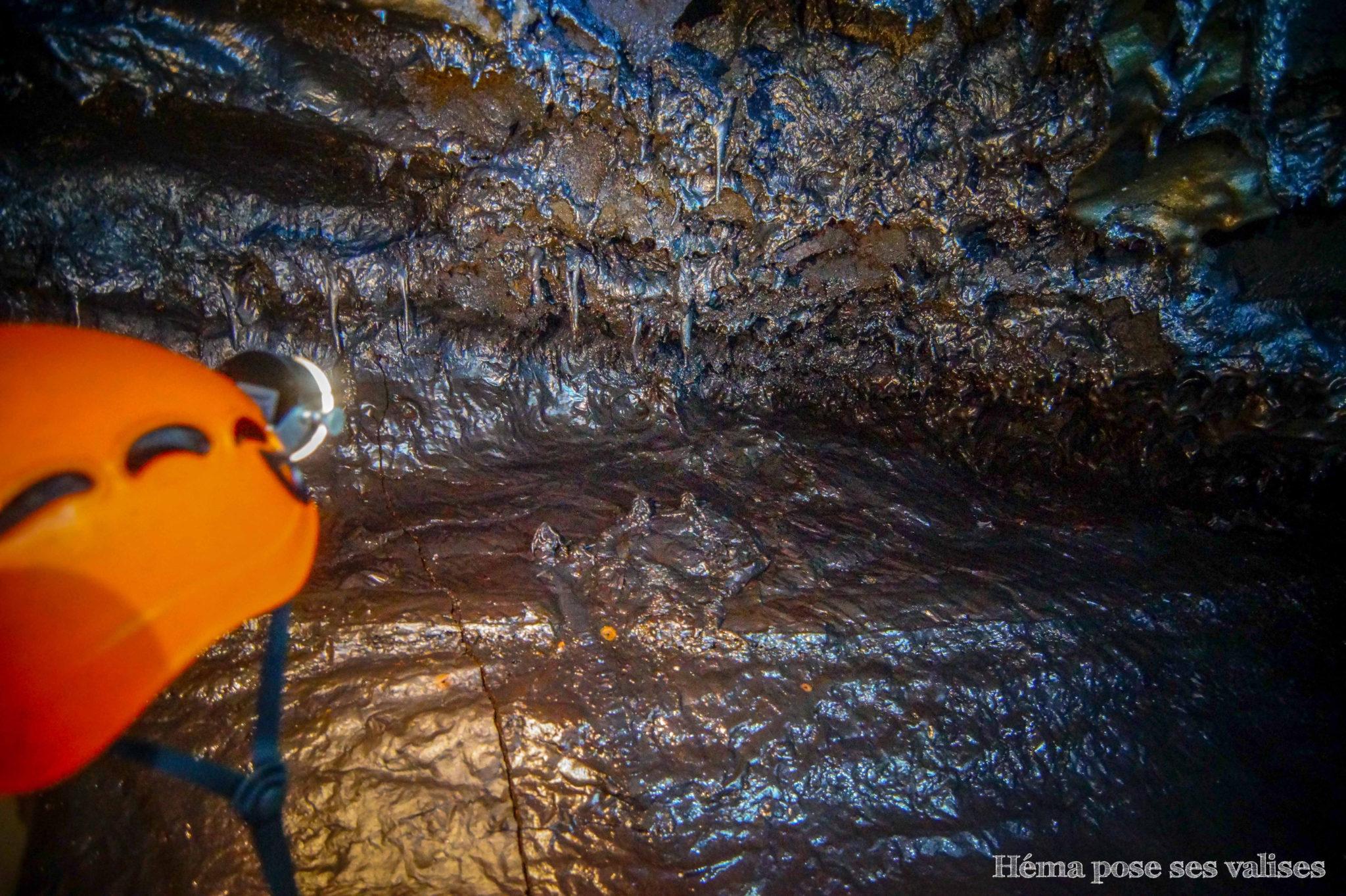 Stalactites lors de la visite des tunnels de lave à La Réunion