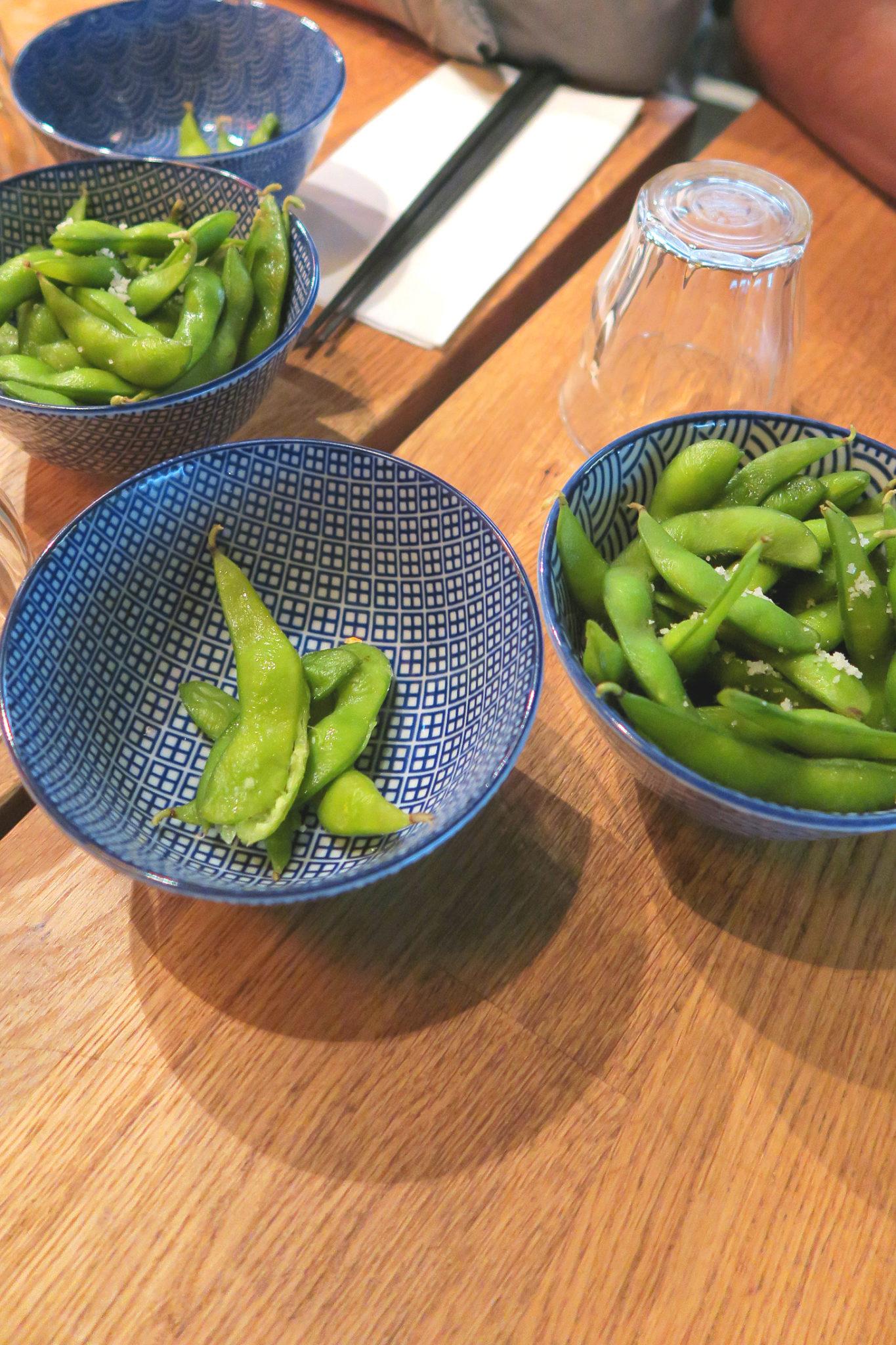 Bols d'edamames du restaurant Kodawari Ramen à Paris