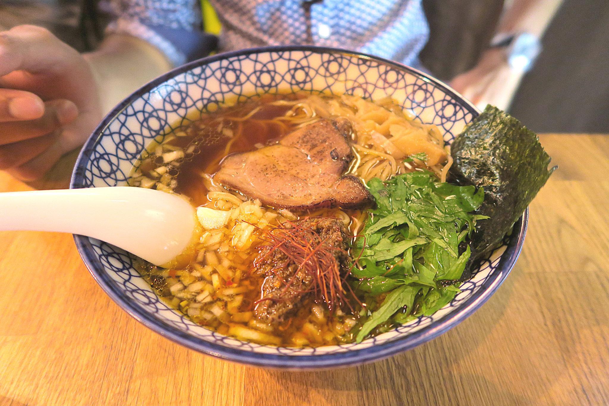 Bol de ramen servi dans le restaurant japonais Kodawari Ramen à Paris