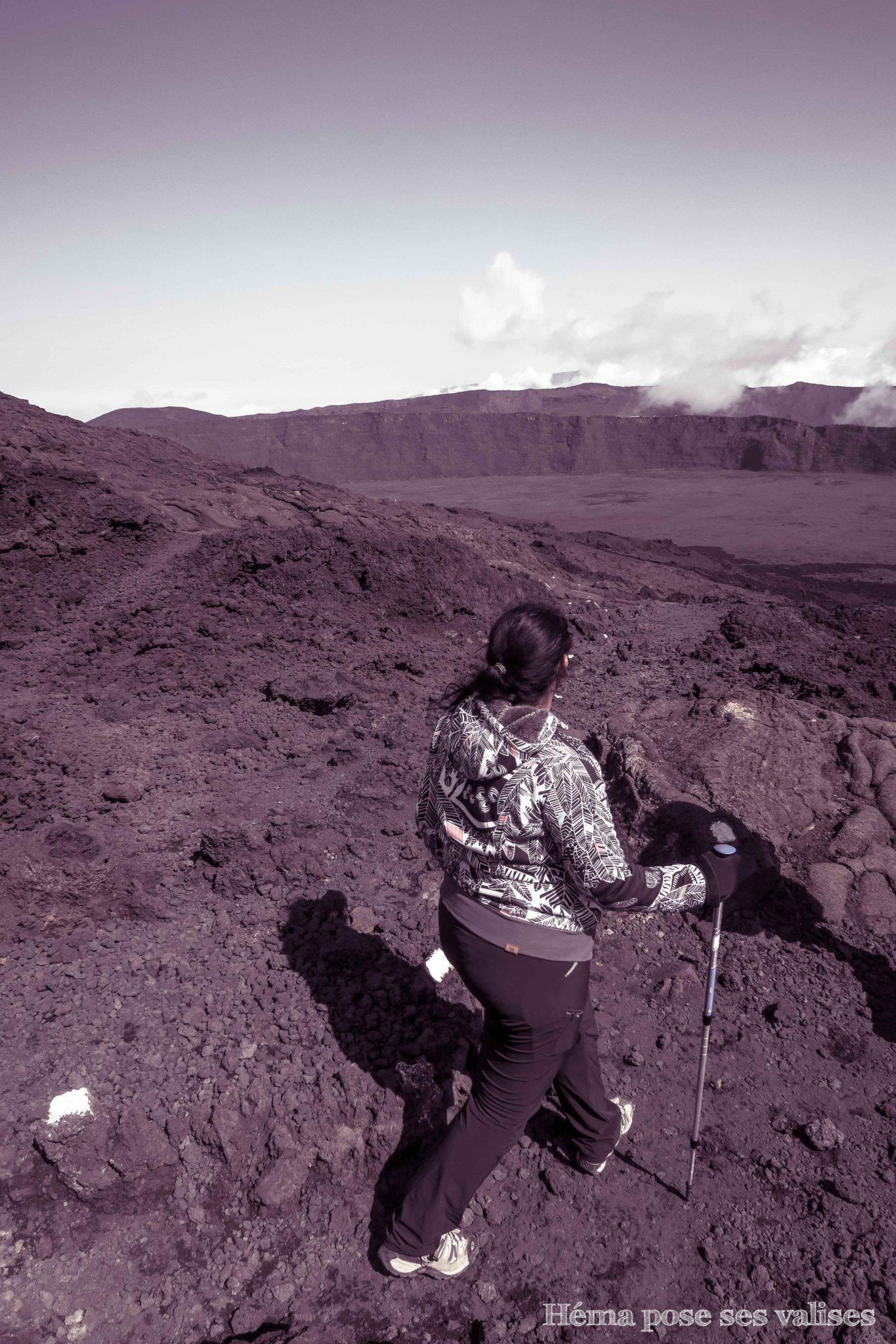 Telle une exploratrice, souvenir d'Héma lors de la randonnée au Piton de la Fournaise