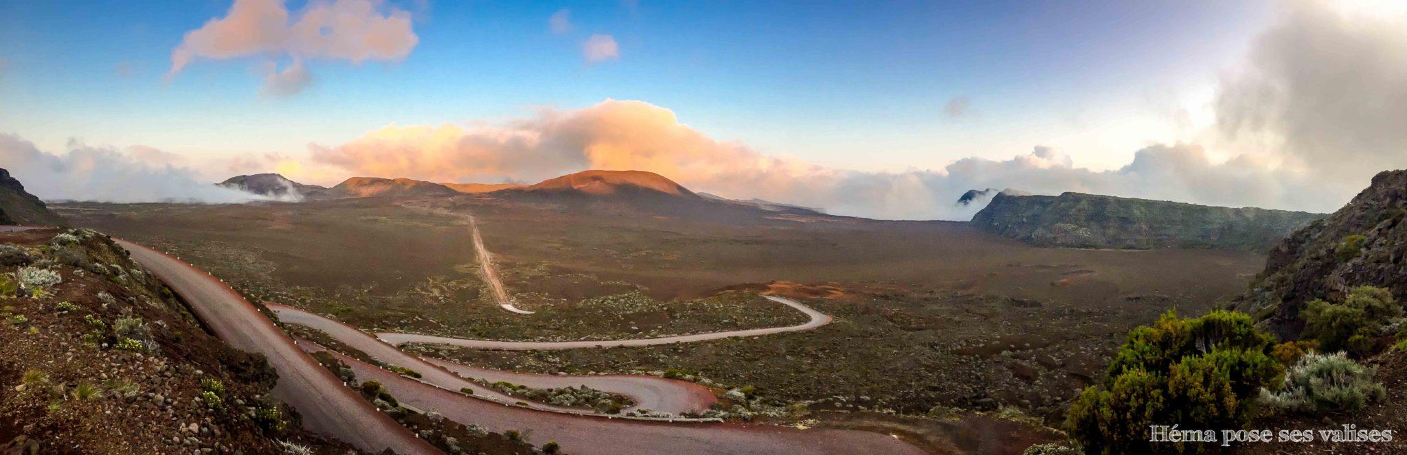 Vue panoramique sur la plaine des sables, sur la route du volcan du Piton de la Fournaise