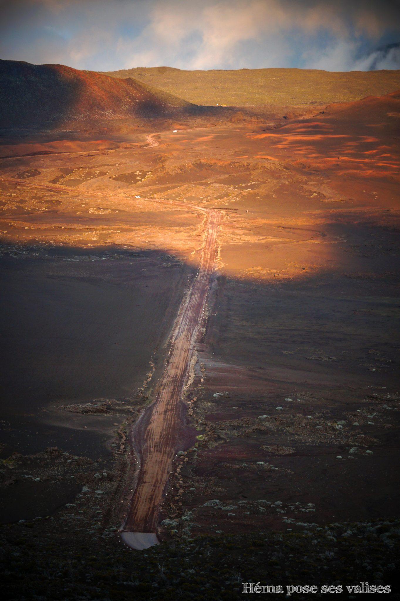 Paysage lunaire de la plaine des sables sur la route forestière du volcan à La Réunion