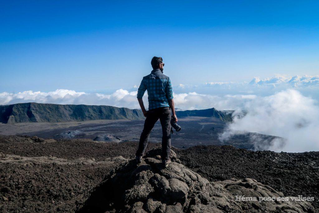 Observation de la vue du volcan et de l'enclos lors de la randonnée du Piton de la Fournaise