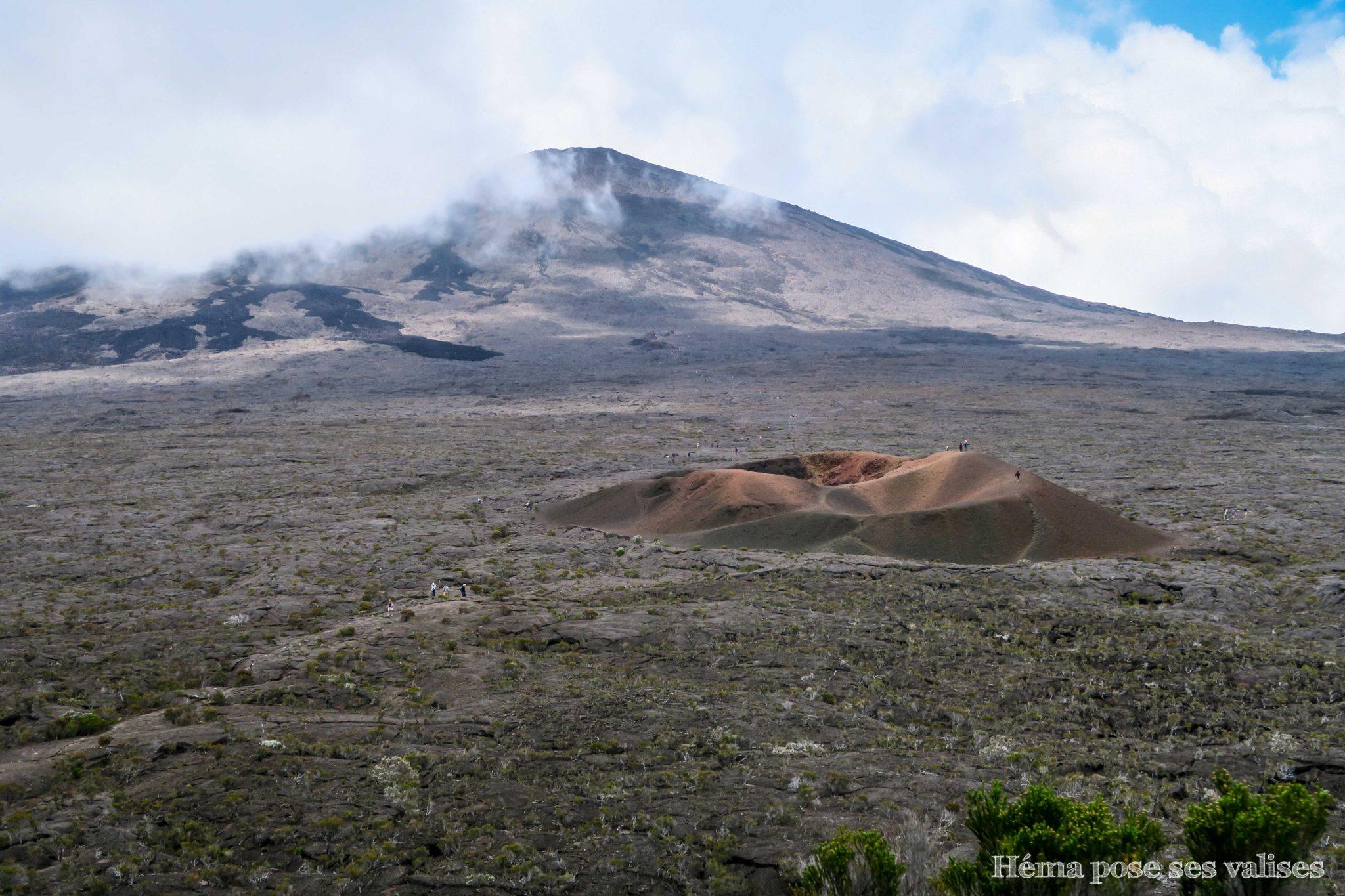 Vue de l'enclos Pas de Bellecombe sur le volcan Piton de la Fournaise et du formica Leo