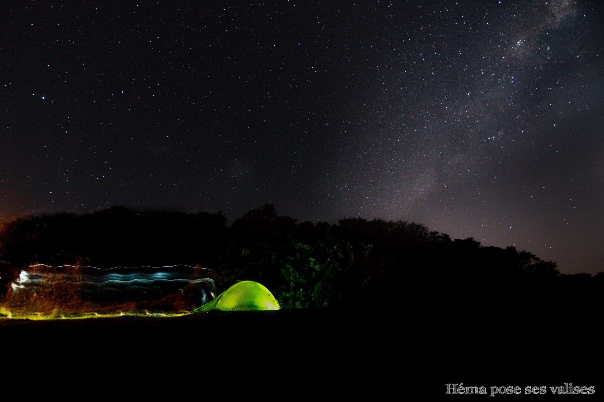 Tente quechua sous la voie lactée au gite du volcan du Piton de la Fournaise à l'île de La Réunion
