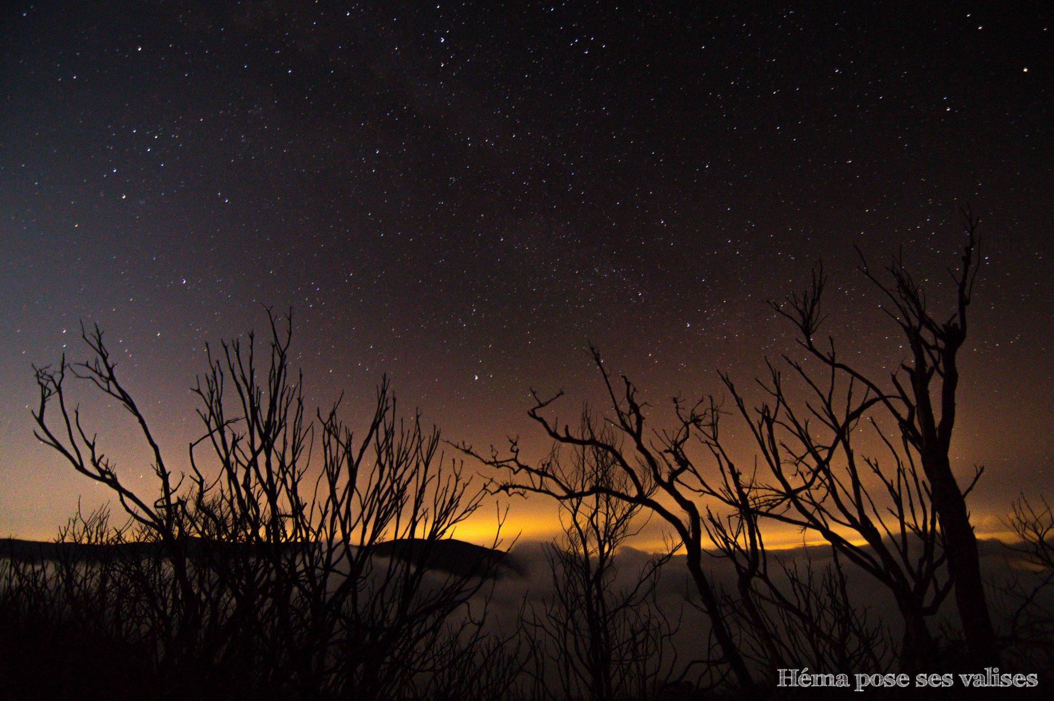 Paysage de La Réunion sous un ciel étoilé près du volcan Piton de la Fournaise