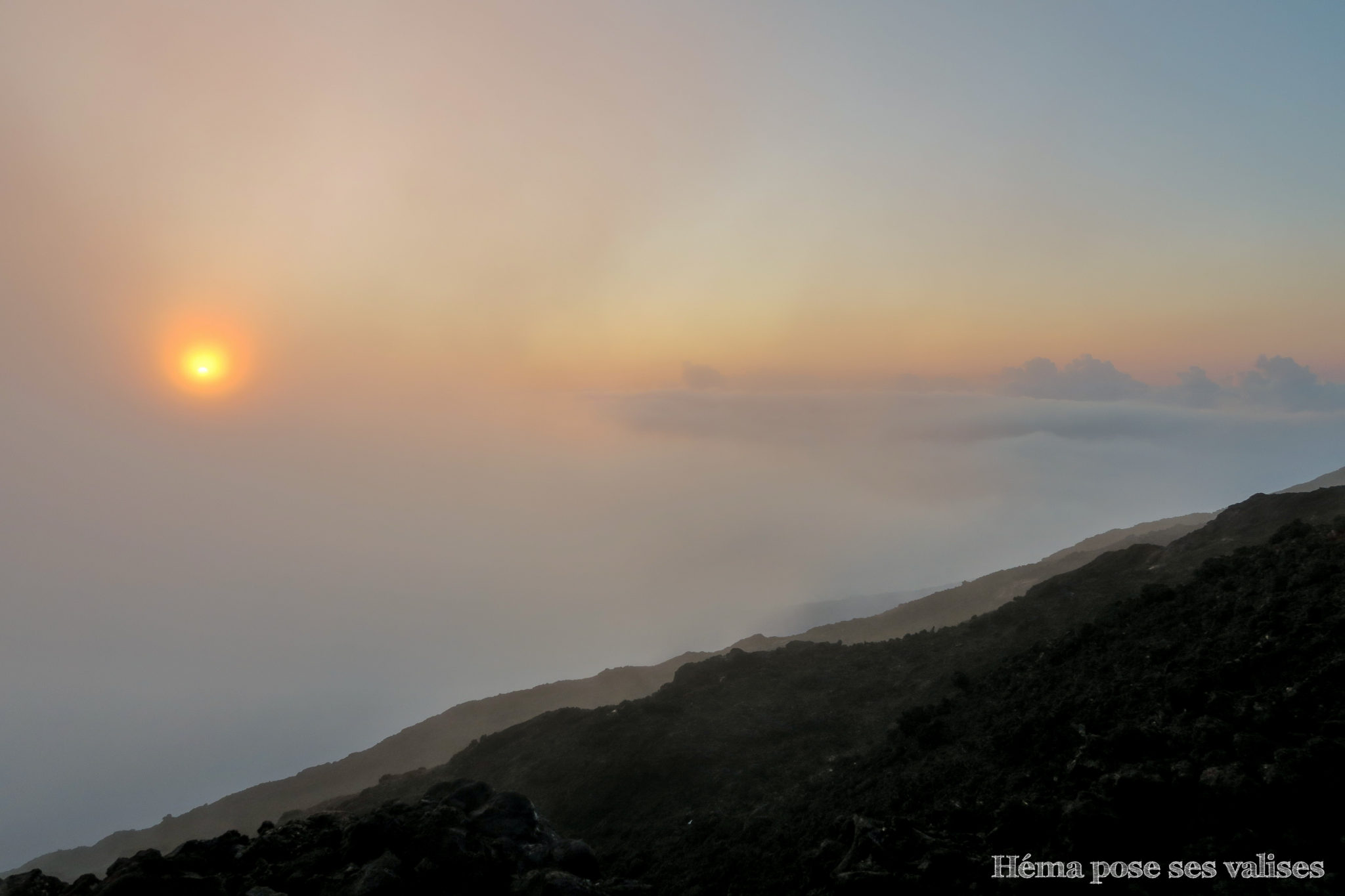 Levée du soleil sur le cratère Dolomieu du volcan Piton de la Fournaise