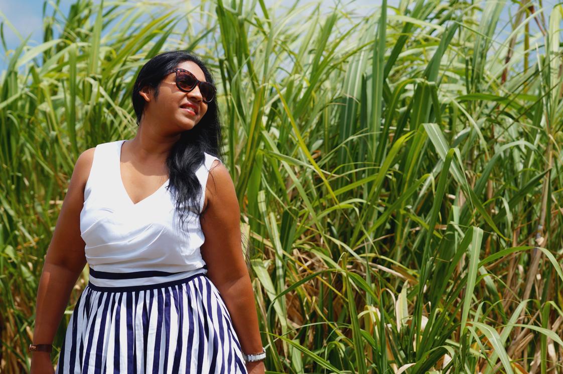 Look avec une robe Dolly and Dotty dans les champs de canne à sucre à l'Ile Maurice