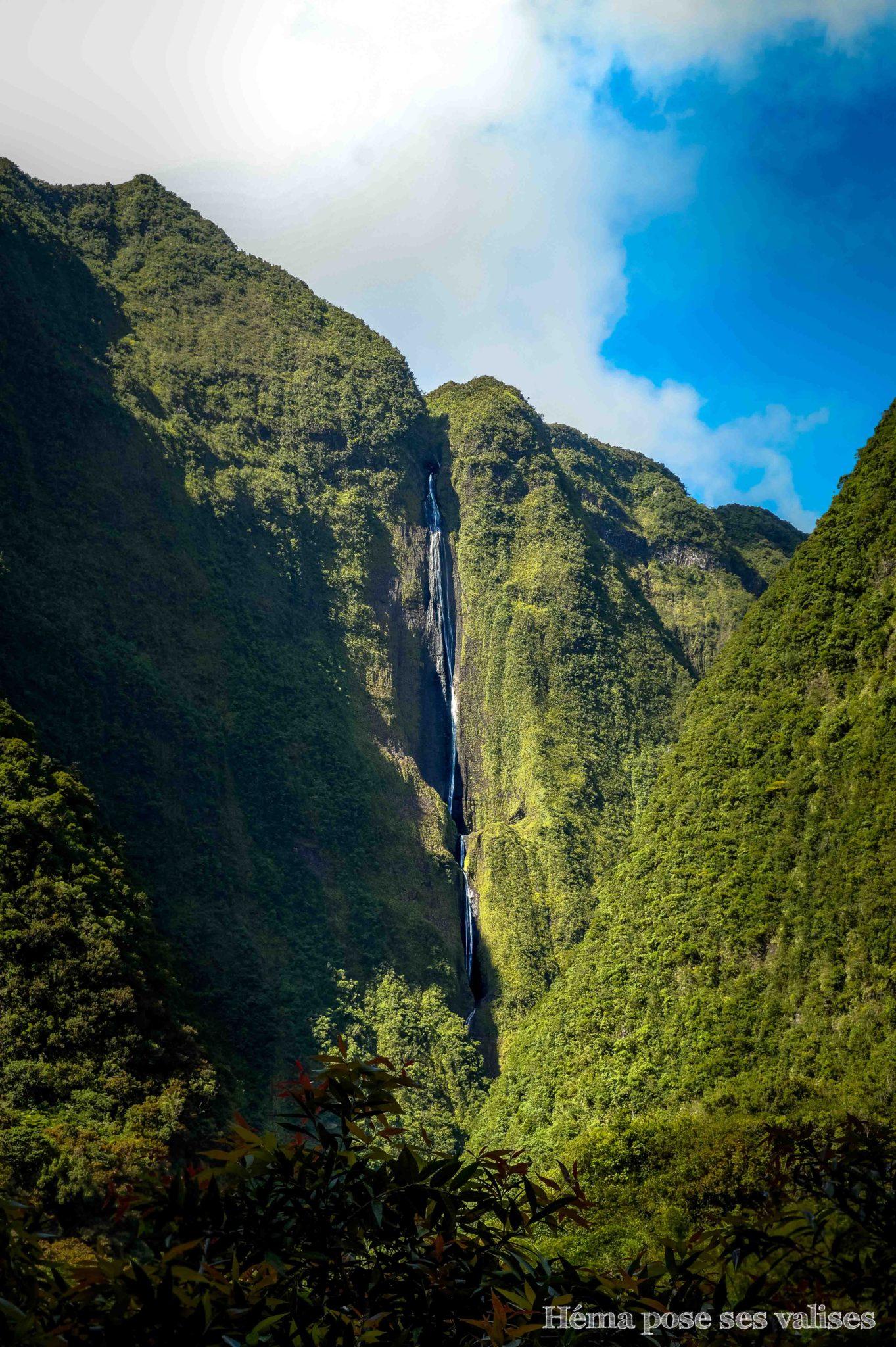 Vue sur la cascade La Voile de la Mariée depuis la route vers le cirque de Salazie à La Réunion