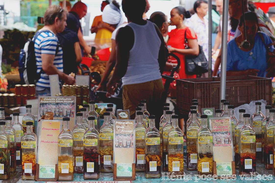 Bouteilles de préparation pour rhum arrangé sur le marché Saint Paul à La Réunion