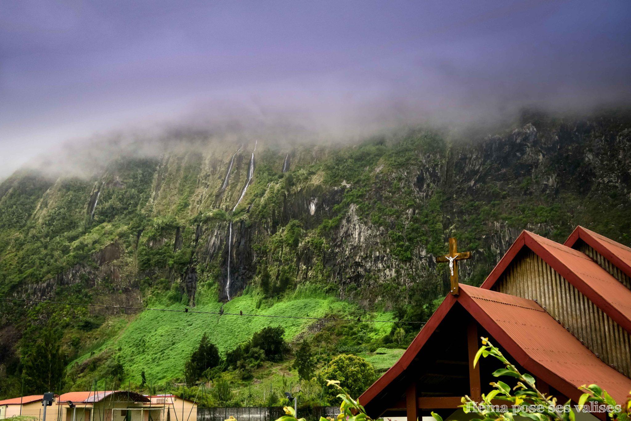 Vue sur la cascade La Voile de la Mariée depuis les villages du cirque de Salazie à La Réunion