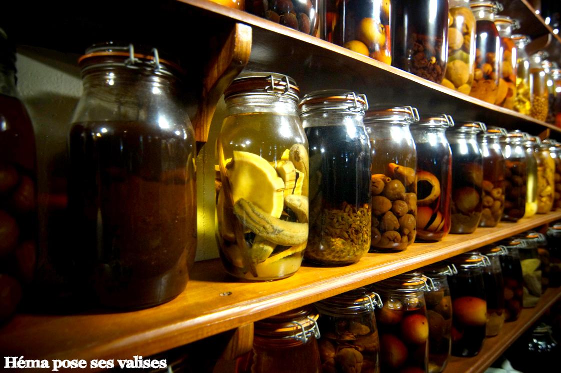 Etagères remplies de bocaux de rhums arrangés du restaurant Saint Bernard à La Réunion