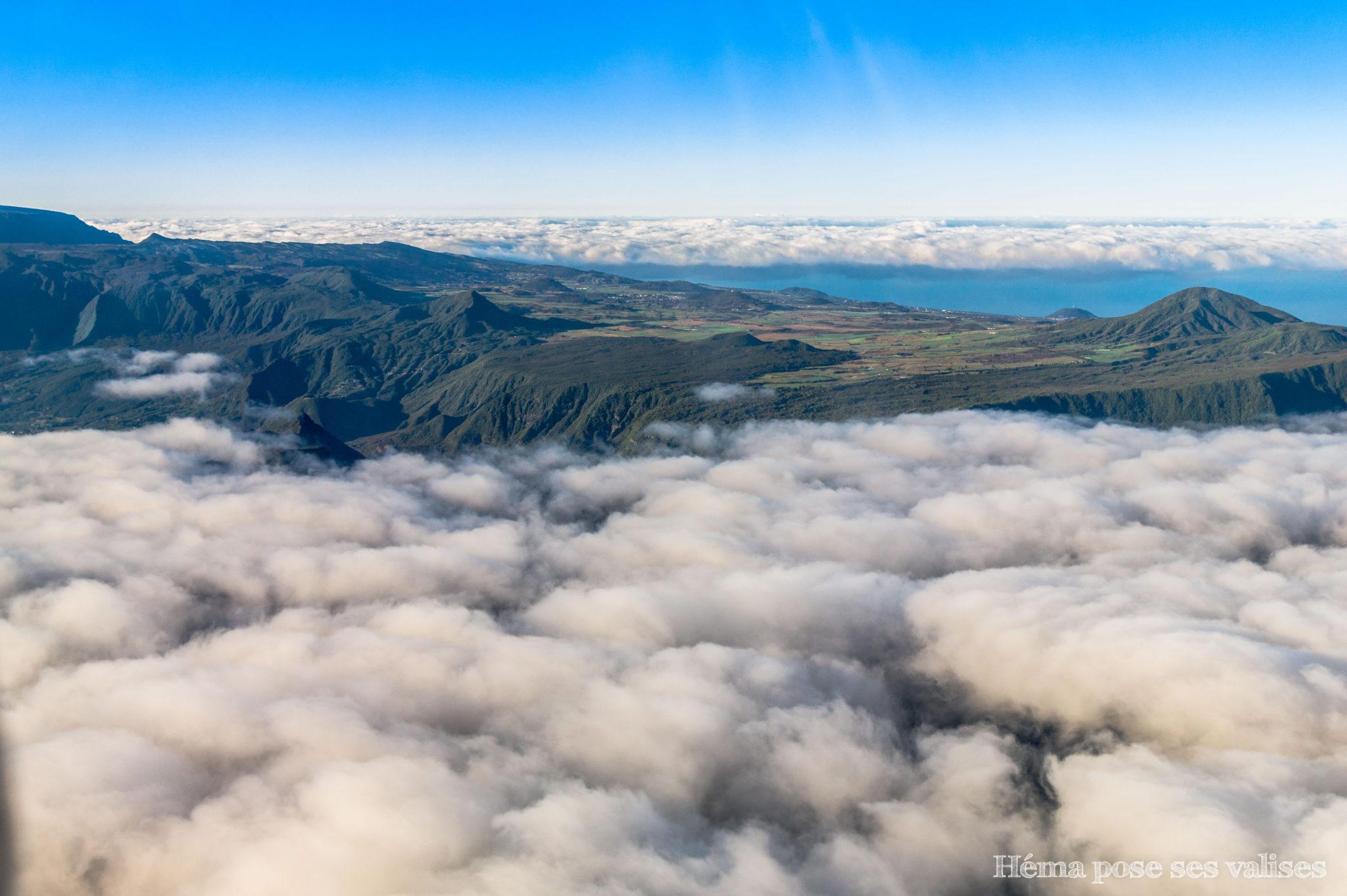 Nuages couvant le relief de l'île de La Réunion
