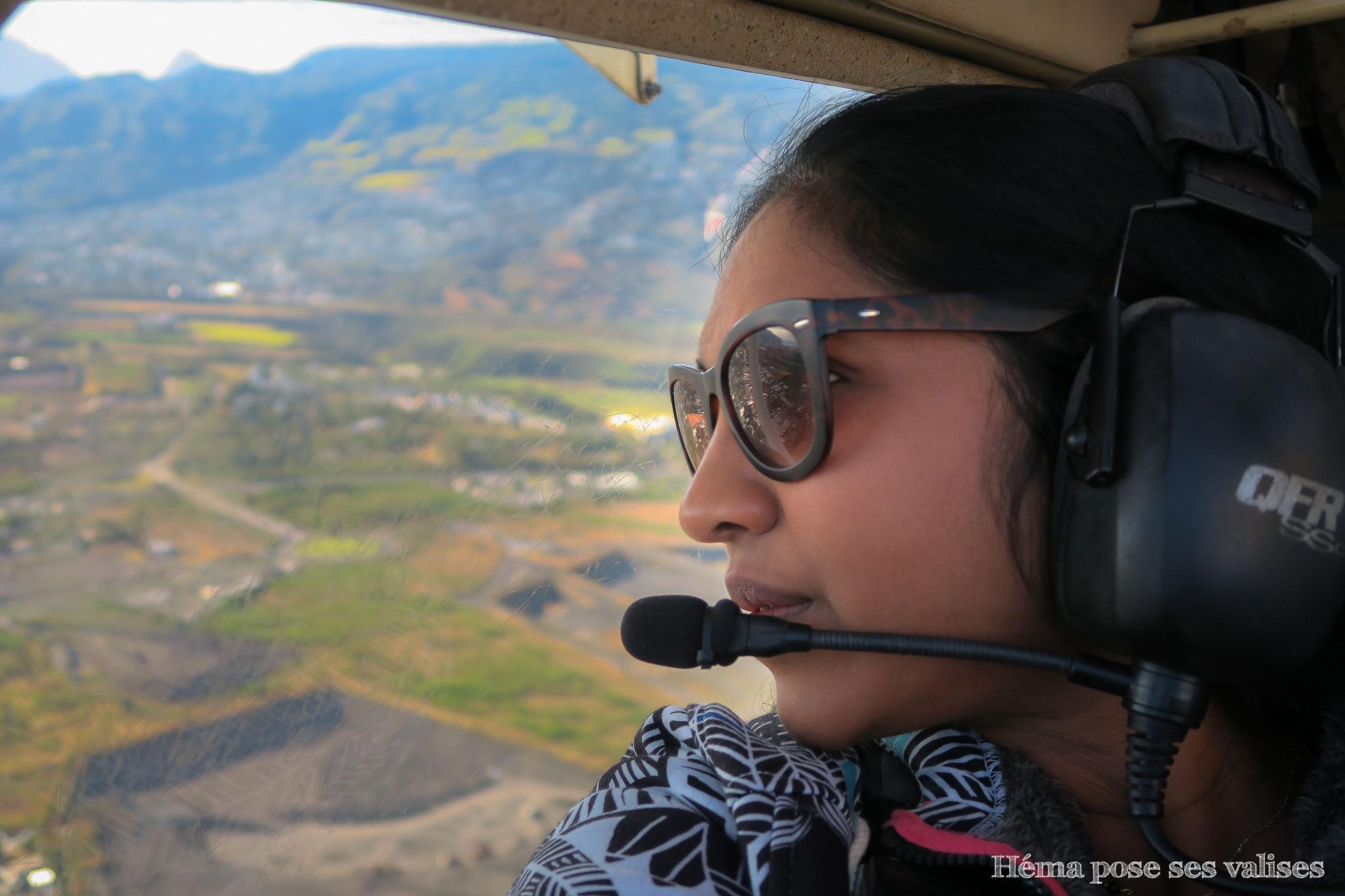Héma pose ses valises à bord d'un ULM à La Réunion