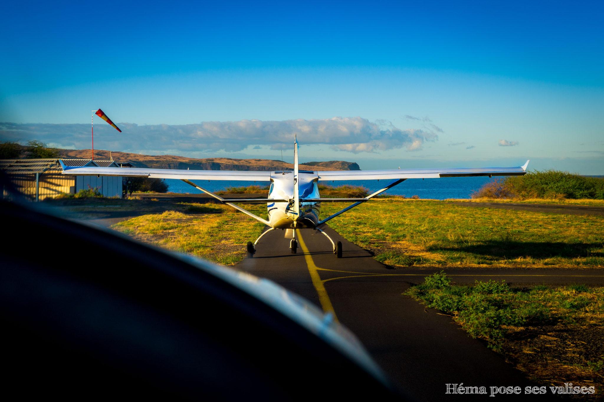 Préparation au décollage de deux ULM sur la base de Saint Paul à La Réunion