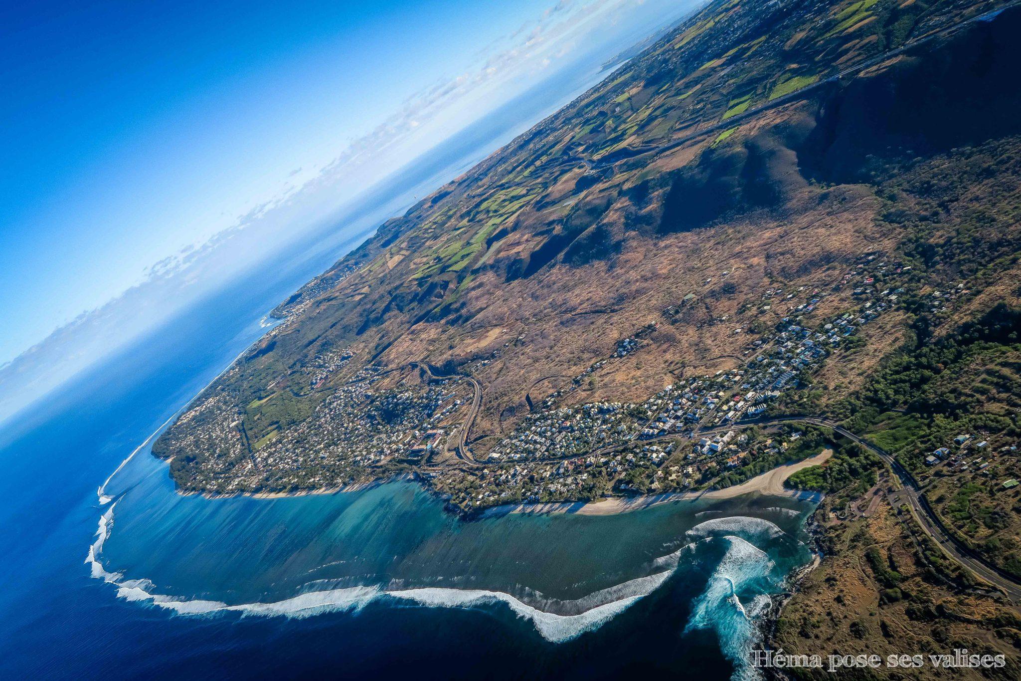 Vue sur le littoral depuis un vol en ULM à La Réunion