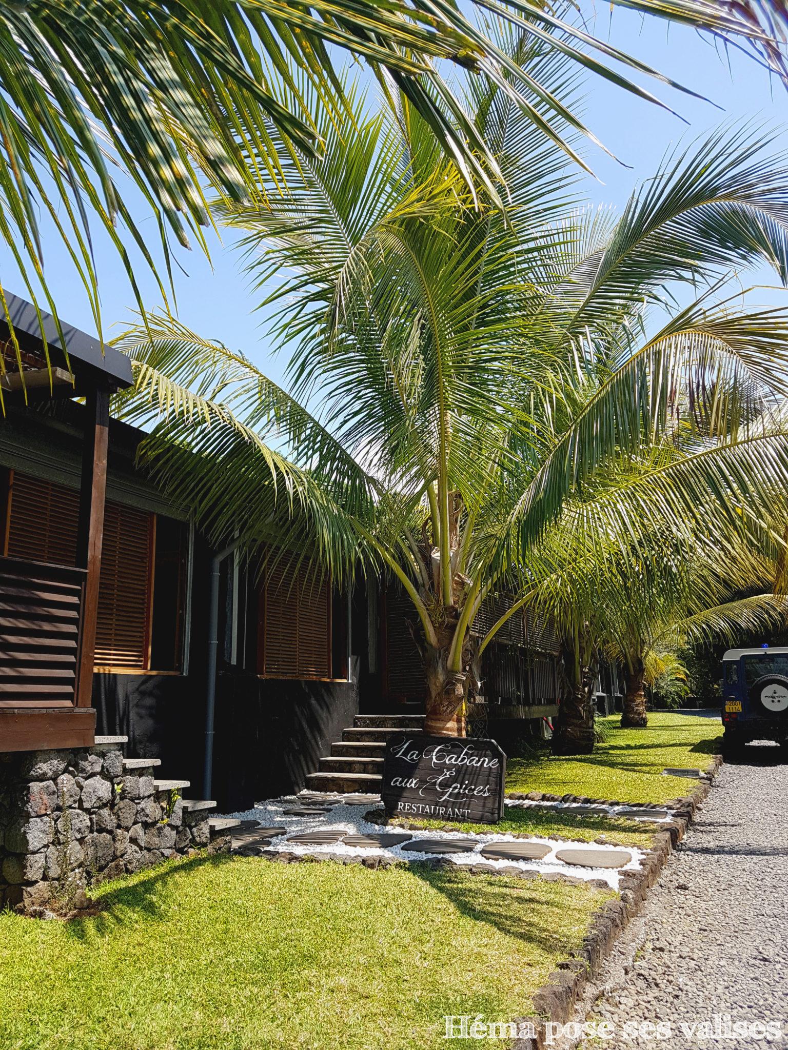 Allée verdoyante à l'entrée du restaurant La Cabane aux épices à l'île de La Réunion