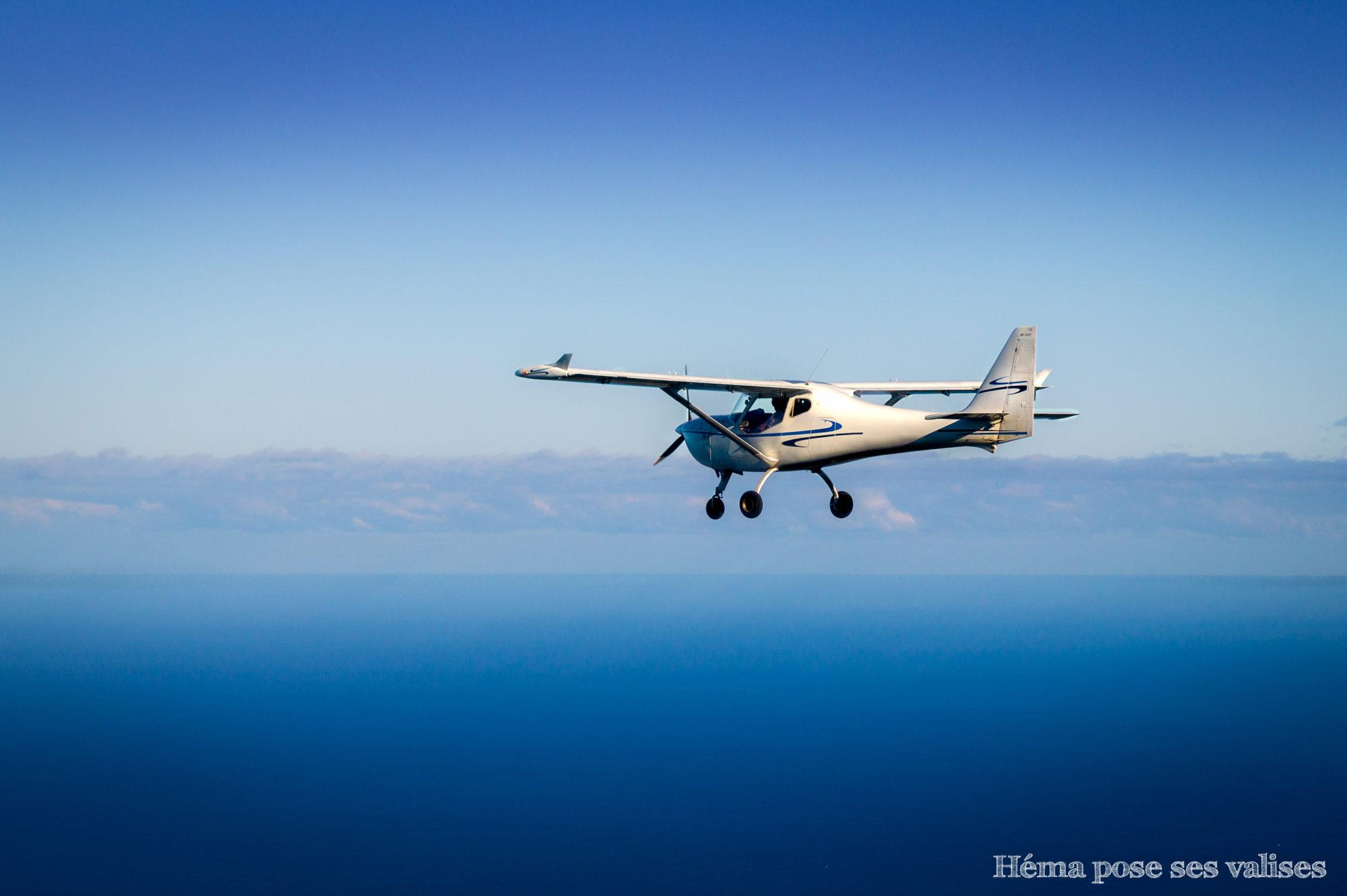 ULM volant dans le ciel de La Réunion