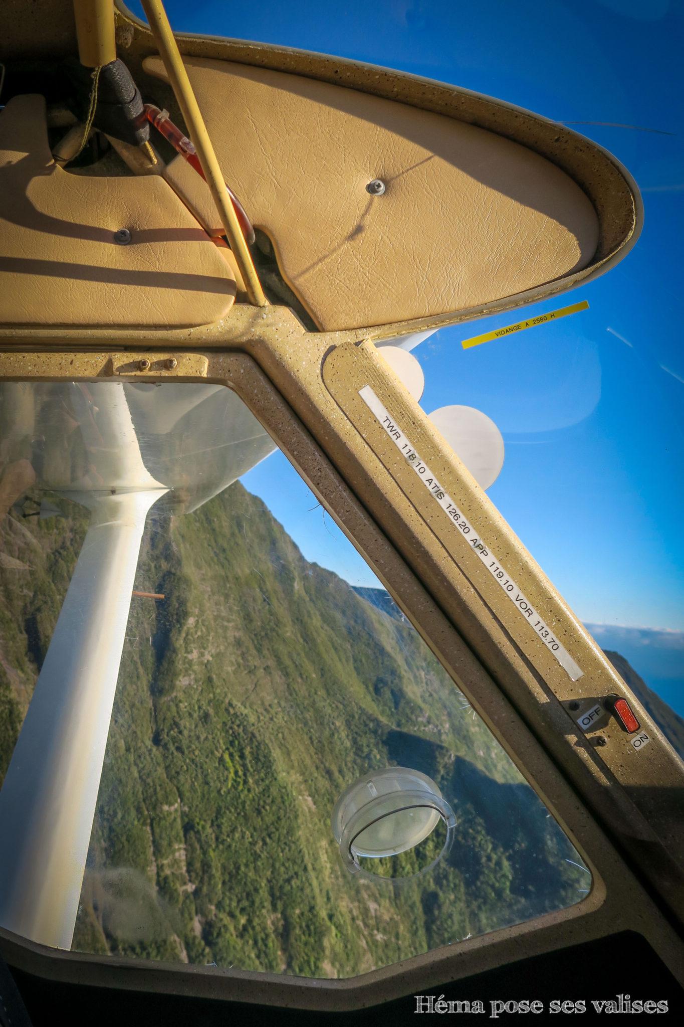 Vue intérieure d'un ULM lors d'un vol à La Réunion