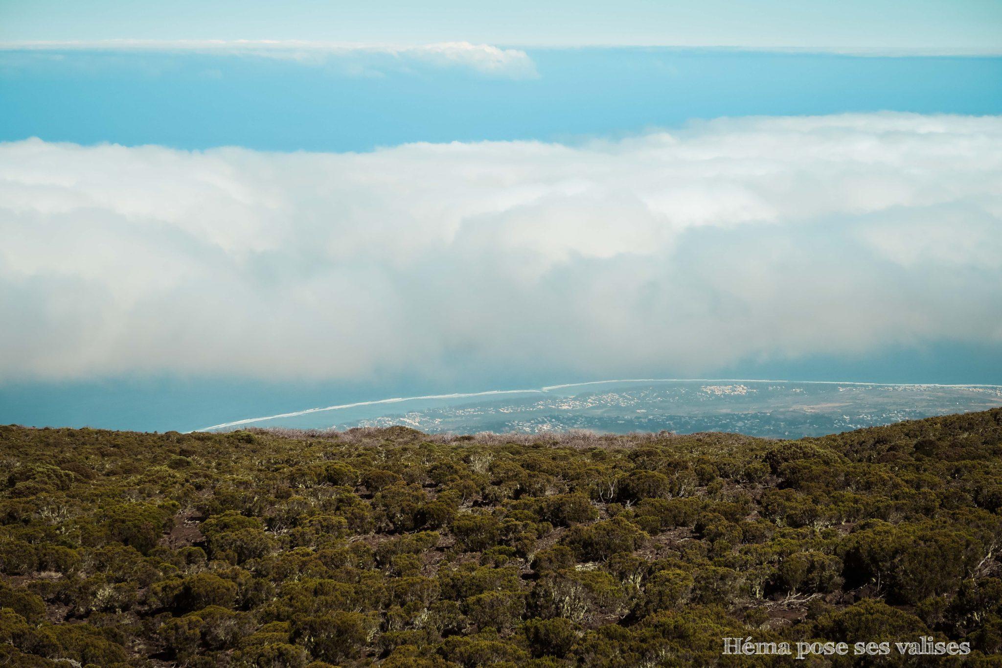 Vue sur la côte depuis le sentier de randonnée du Piton Maïdo